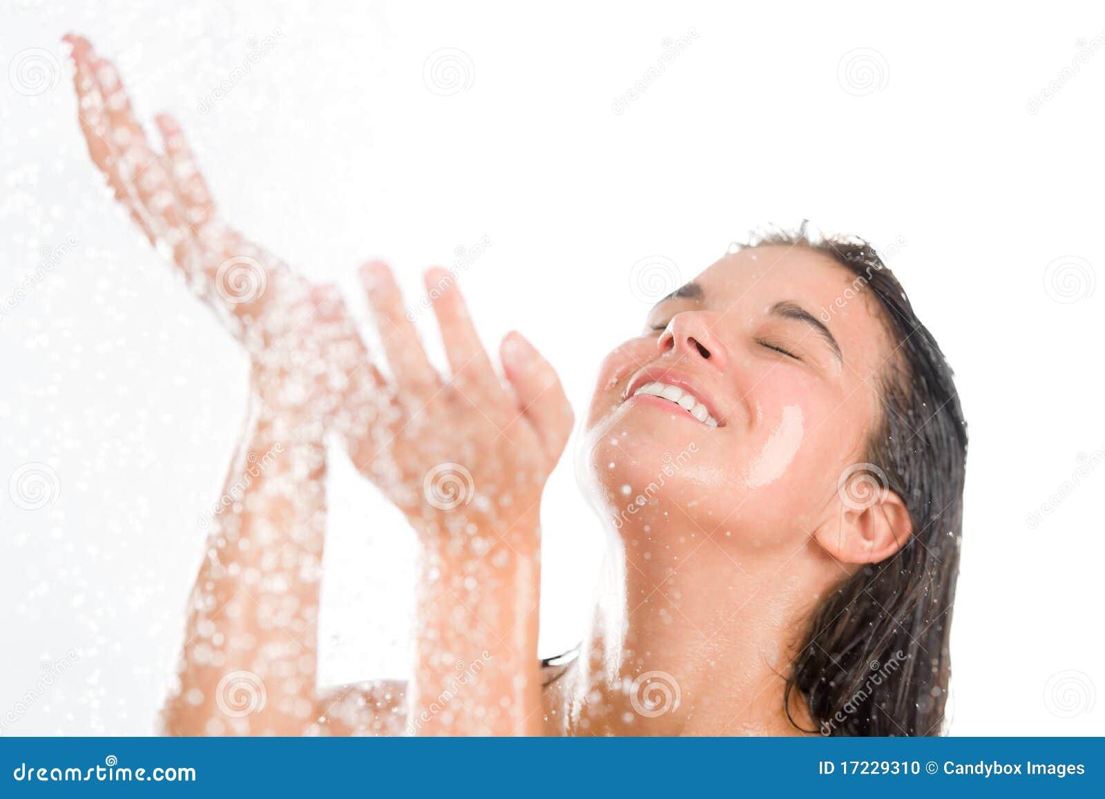 De jonge vrouw geniet van douche