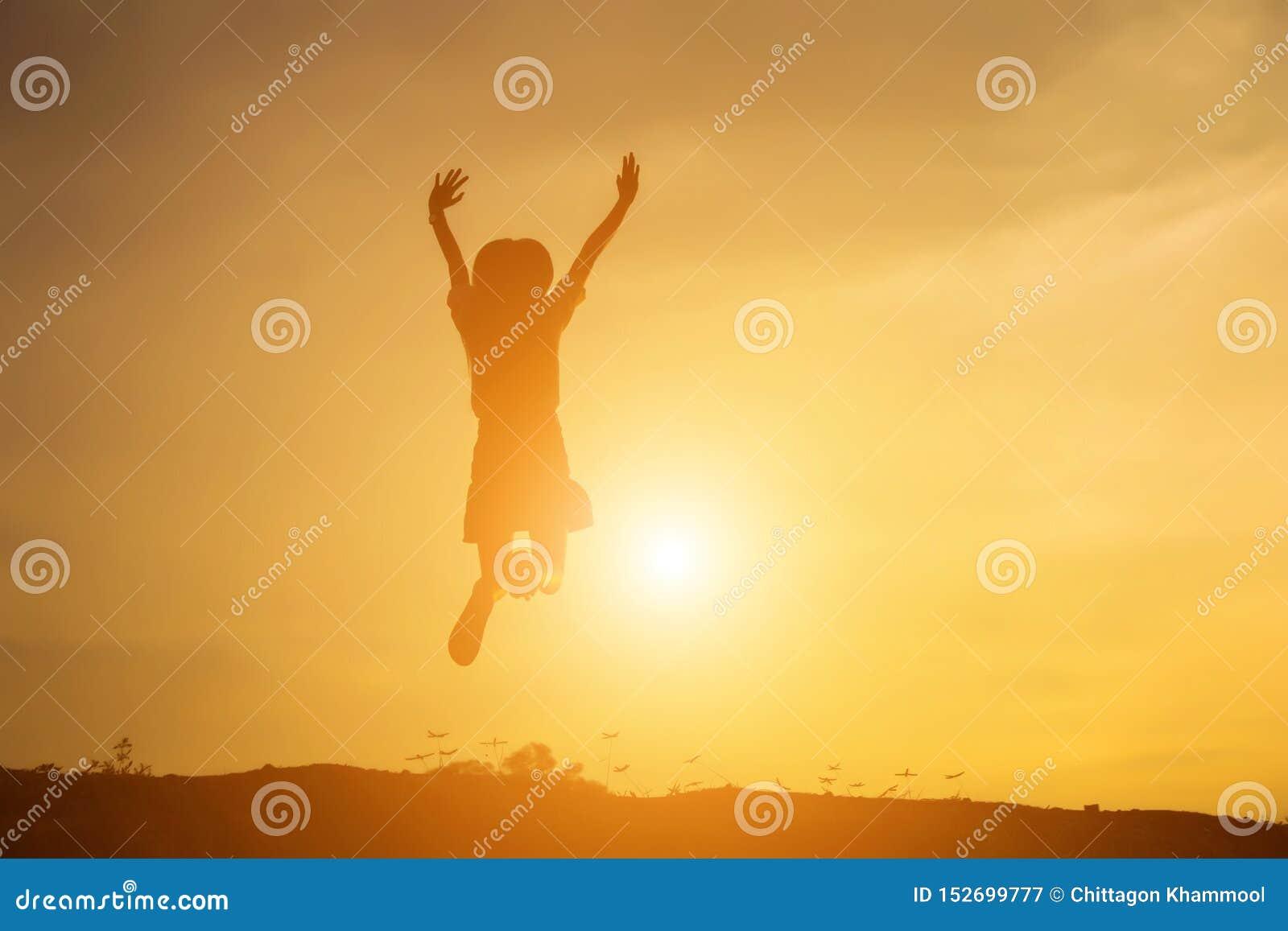 De jonge vrouw heft omhoog handen voor haar succes, Concept op Succes in het leven