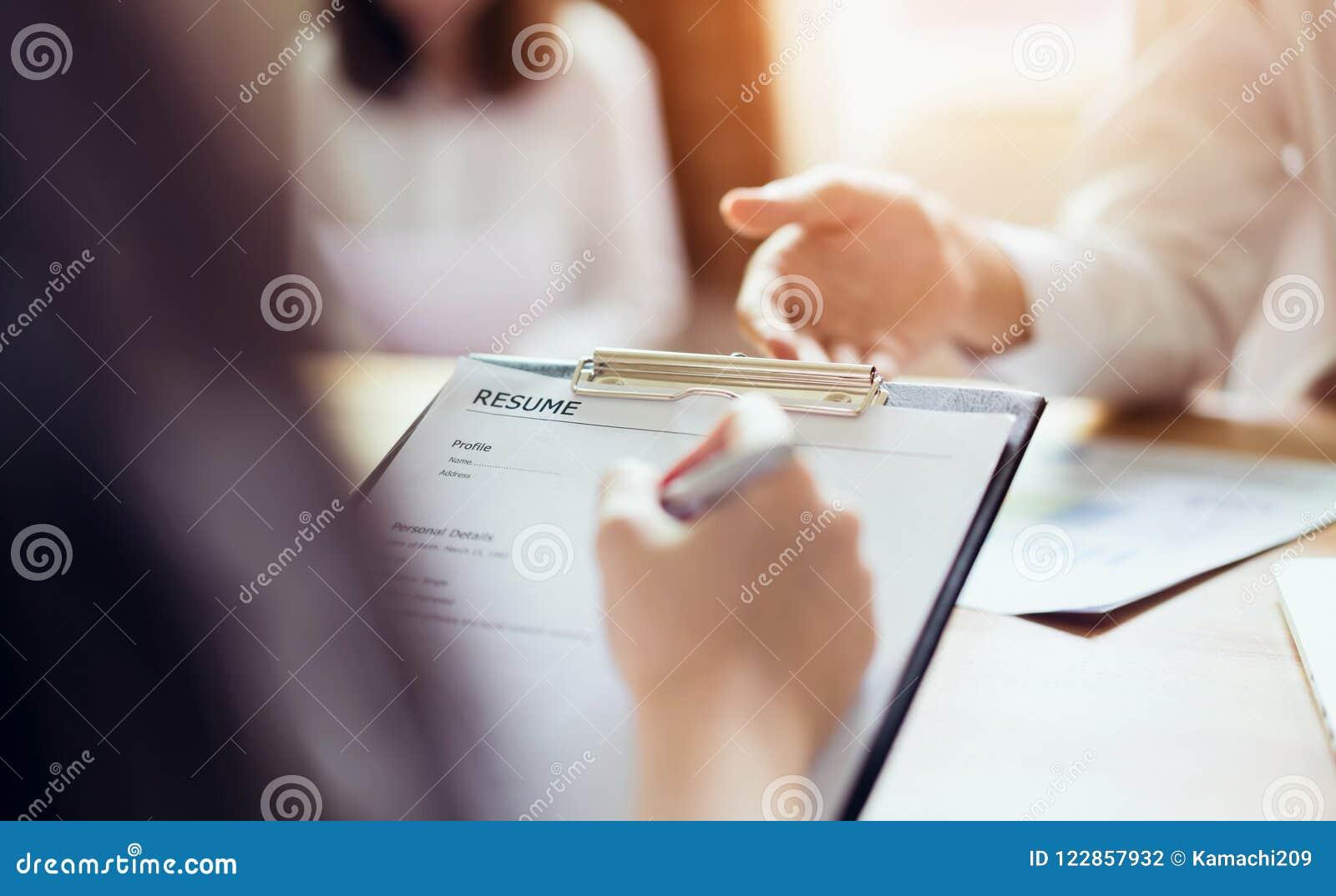 De jonge vrouw legt samenvatting aan werkgever aan overzichtssollicitatie voor