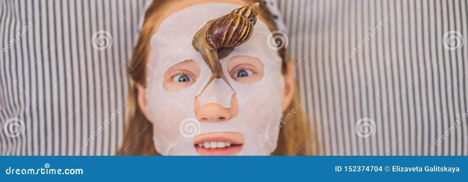 De jonge vrouw maakt een gezichtsmasker met slakslijm Slak die op een BANNER van het gezichtsmasker, LANG FORMAAT kruipen