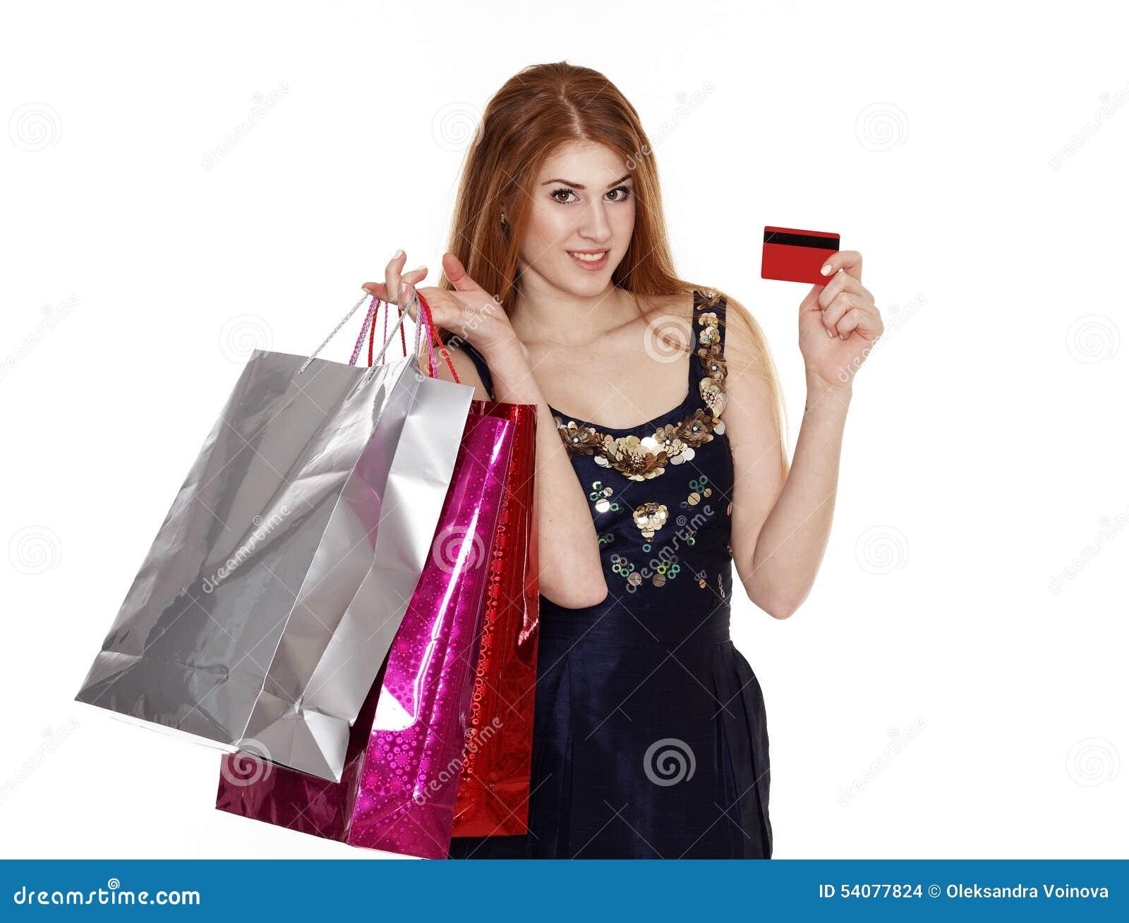 De jonge vrouw maakt het winkelen met creditcard