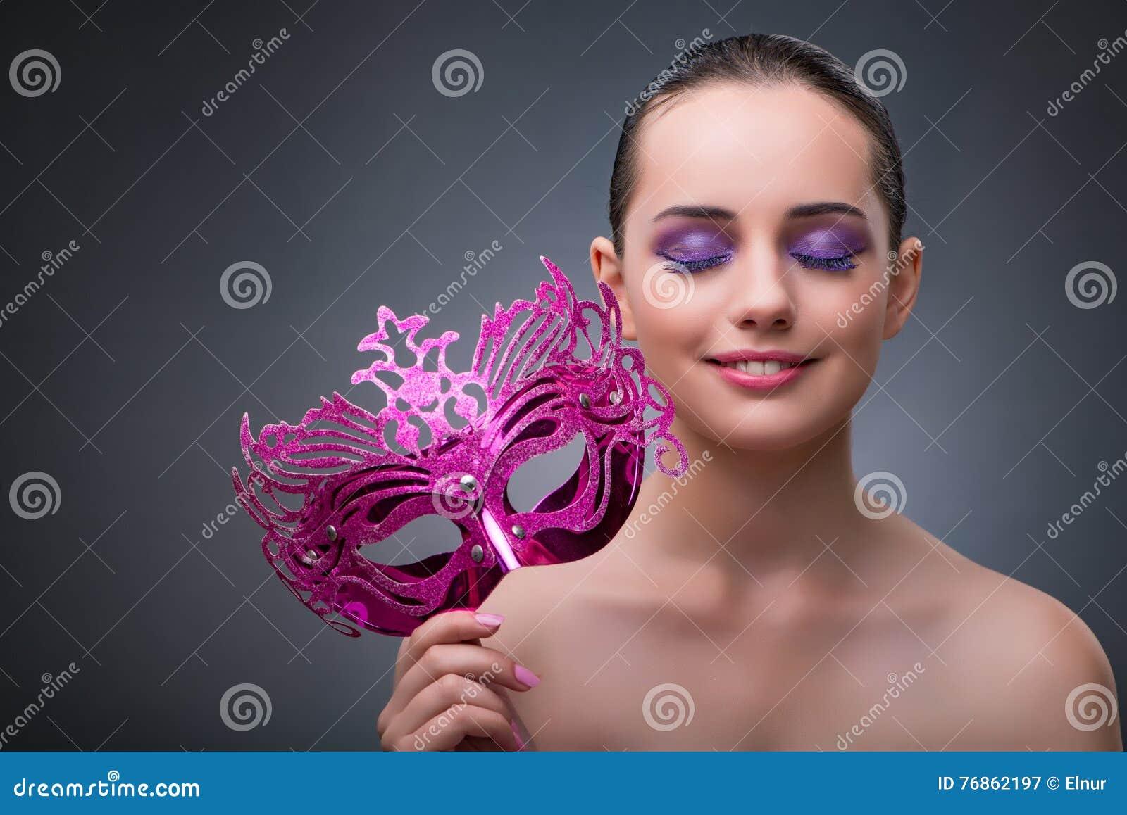 De jonge vrouw met Carnaval-masker