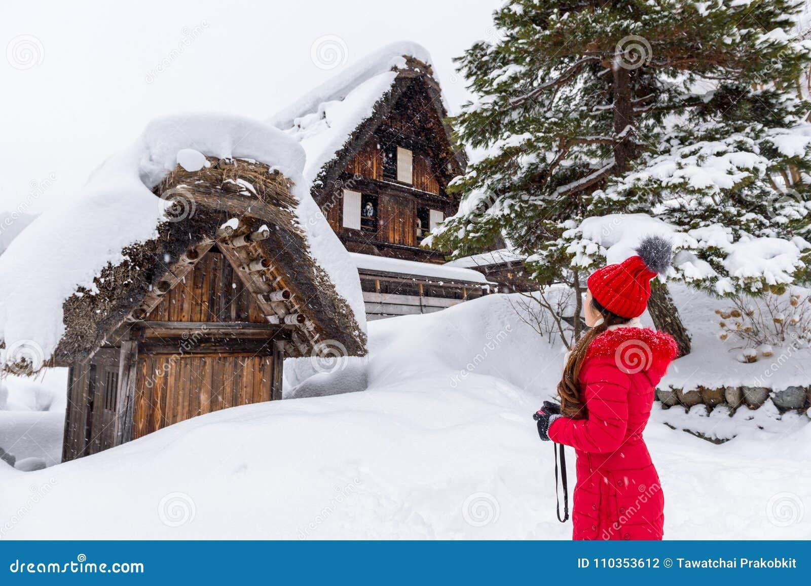 De jonge vrouw shirakawa-gaat binnen dorp in de winter, Unesco-de plaatsen van de werelderfenis, Japan