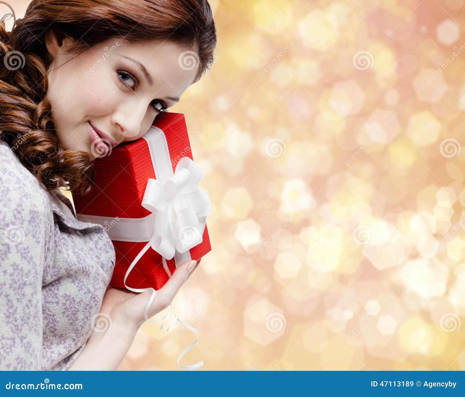 De jonge vrouw is tevreden met een Kerstmisgift