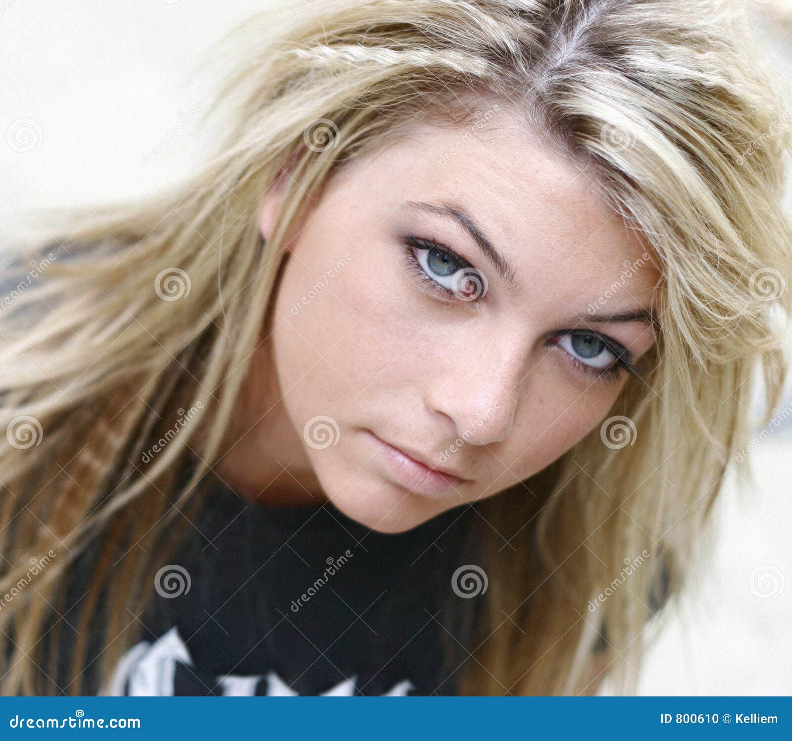 De jonge vrouw van de blonde