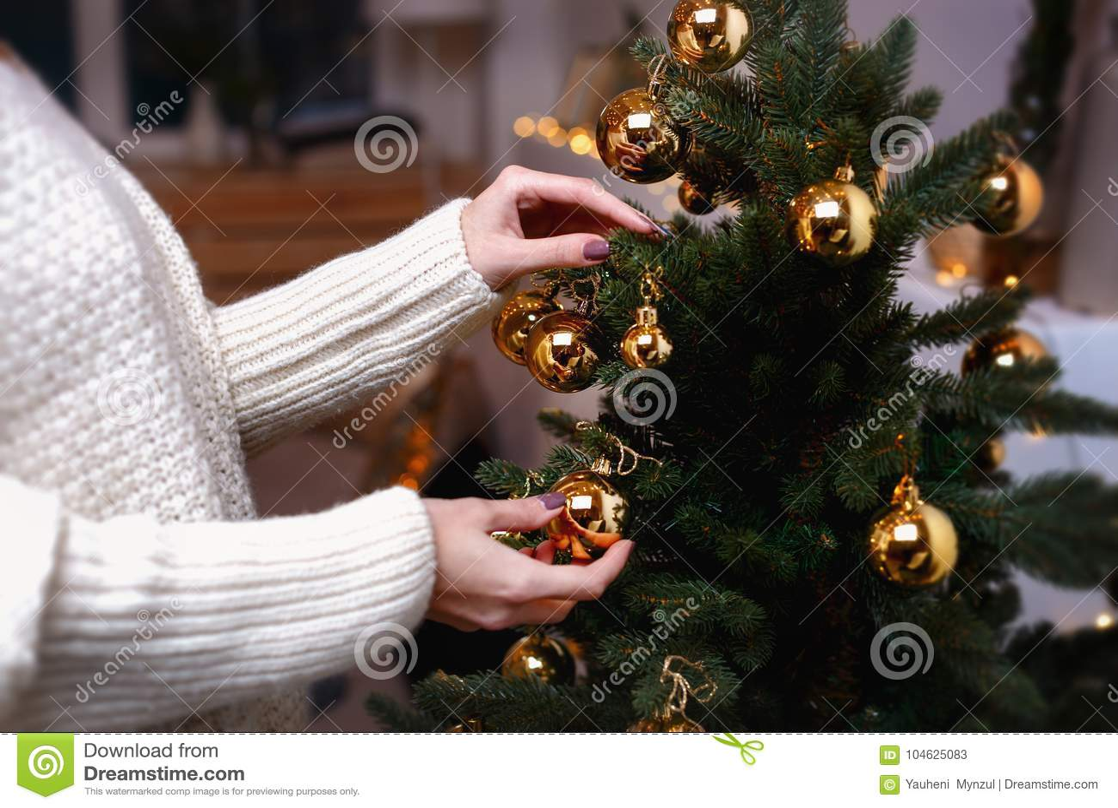 Download De Jonge Vrouw Verfraait De Kerstmisboom Creërend De Vakantieatmosfeer Stock Afbeelding - Afbeelding bestaande uit feestelijk, mooi: 104625083