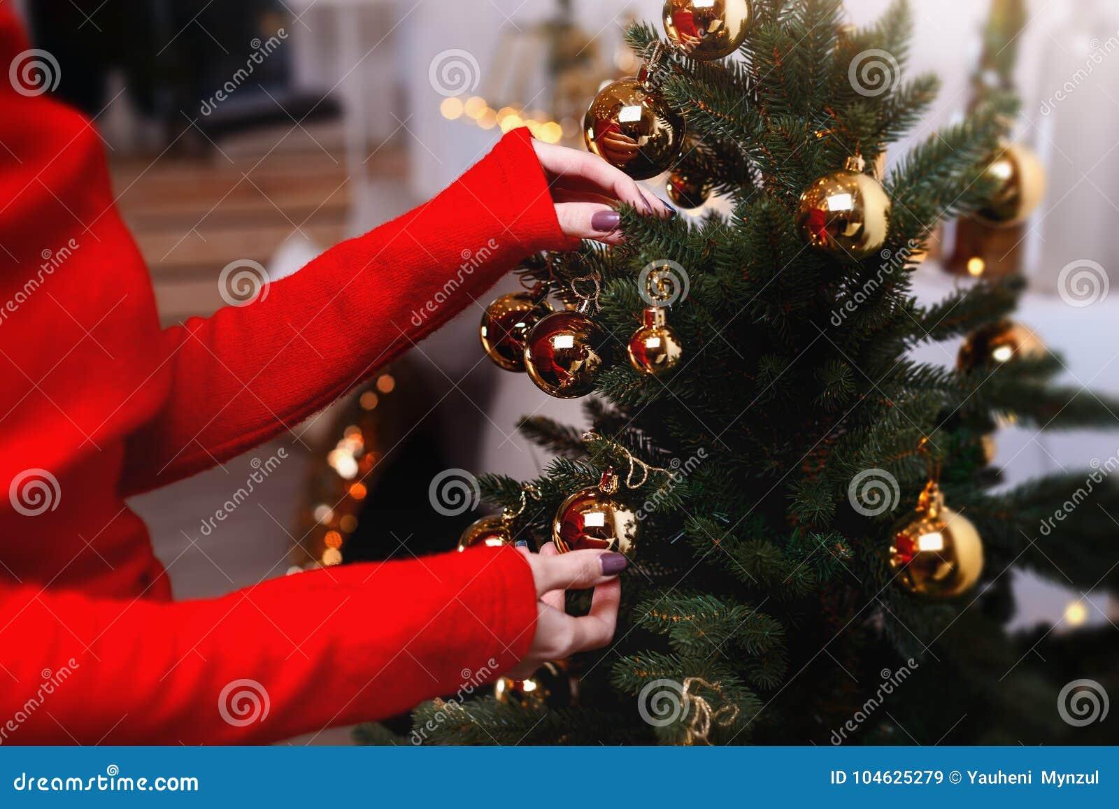 Download De Jonge Vrouw Verfraait De Kerstmisboom Creërend De Vakantieatmosfeer Stock Afbeelding - Afbeelding bestaande uit huis, mooi: 104625279