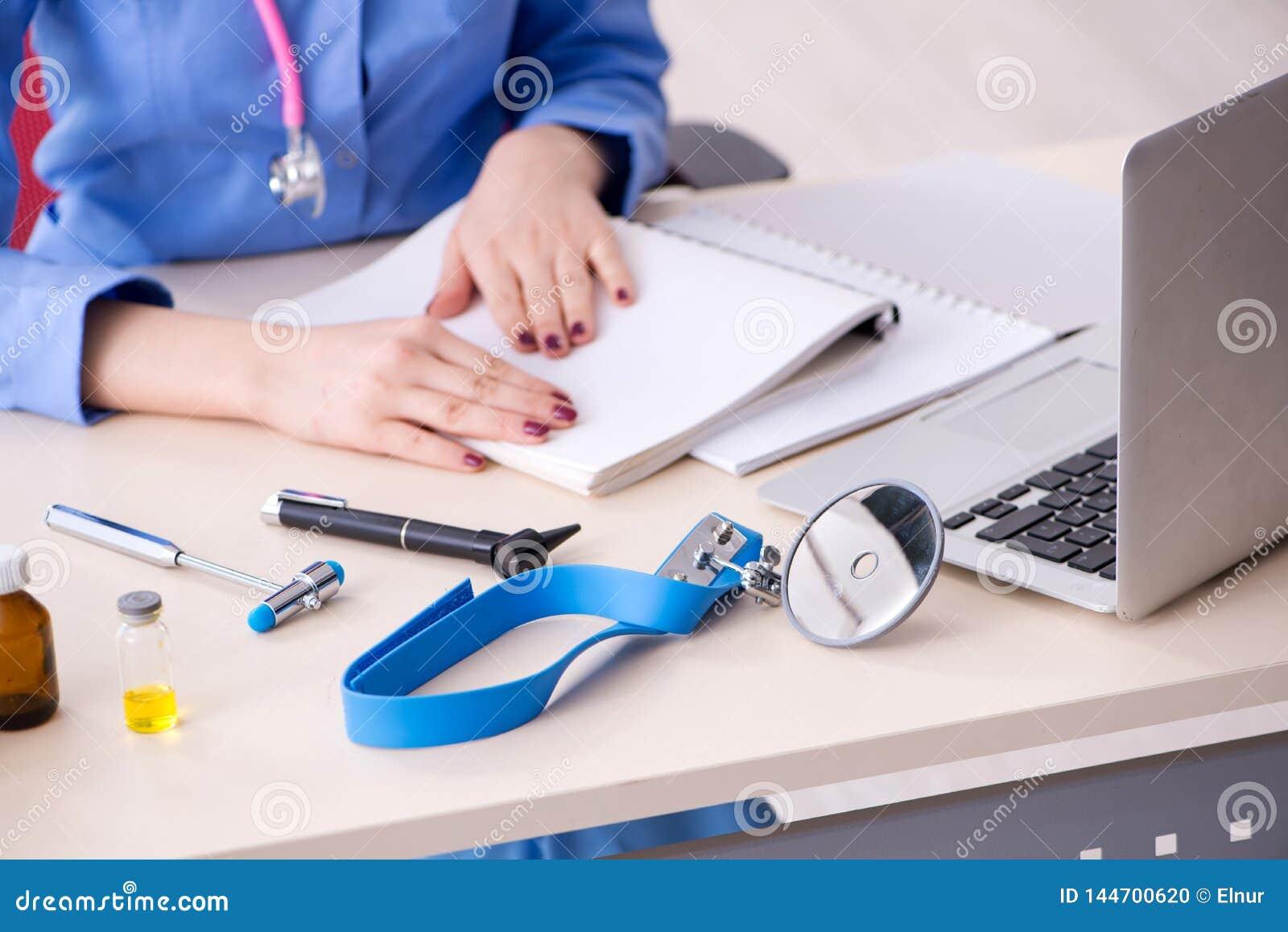 De jonge vrouwelijke arts die in de kliniek werken