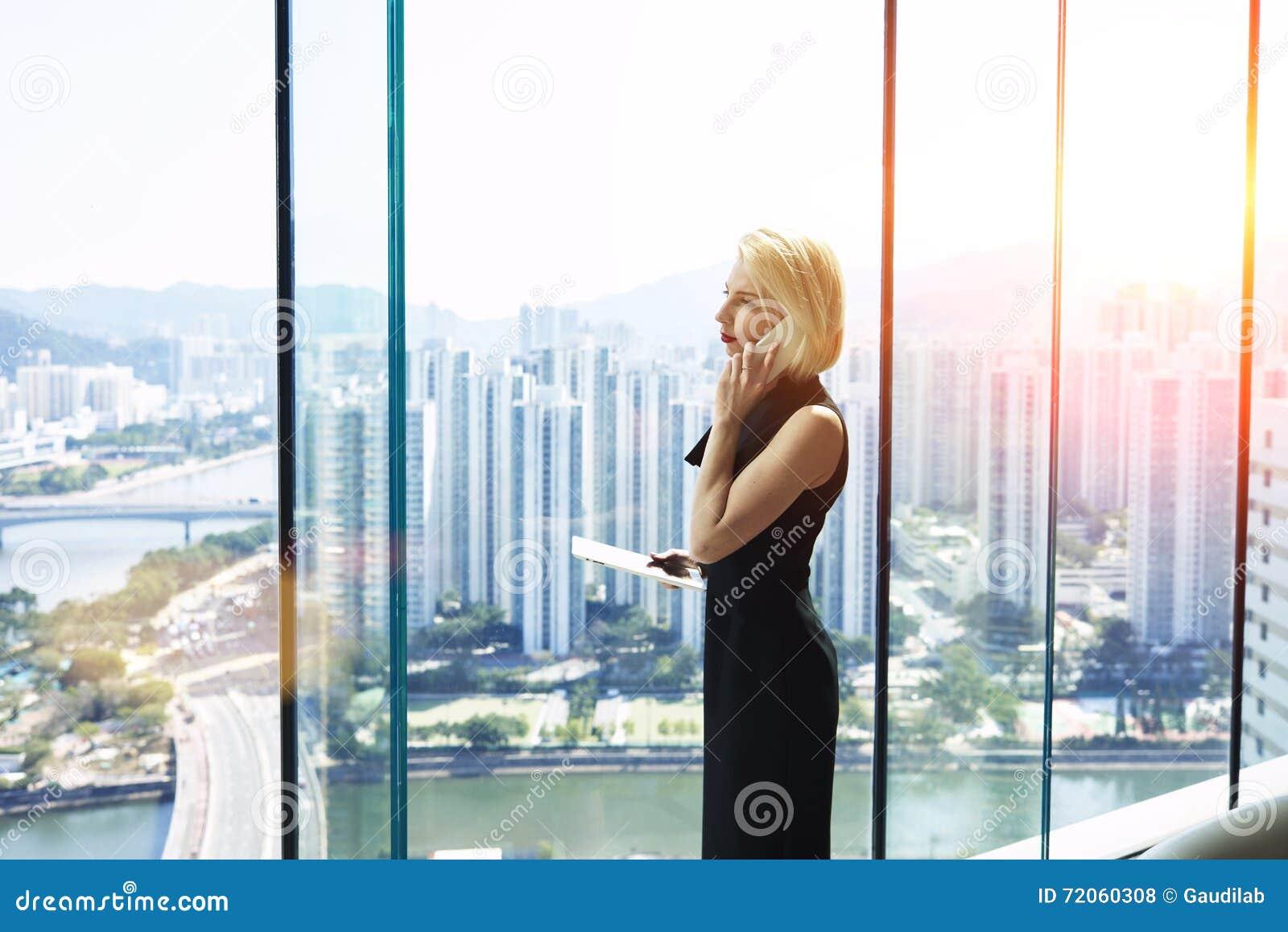 De jonge vrouwelijke econoom roept via mobiele telefoon