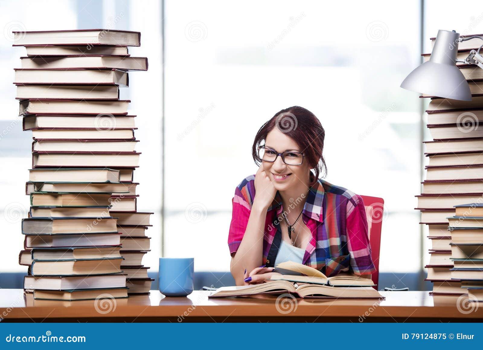 De jonge vrouwelijke student die voor examens voorbereidingen treffen