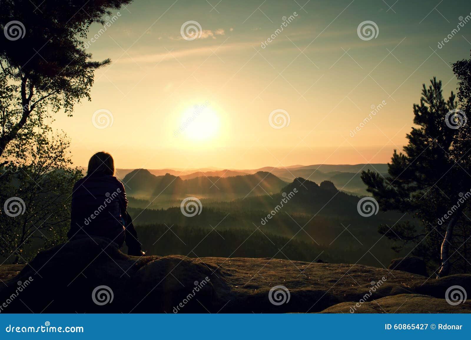 De jonge Vrouwenwandelaar neemt een rust blaasbalgboom op piek van Berg en geniet de herfst van dageraad
