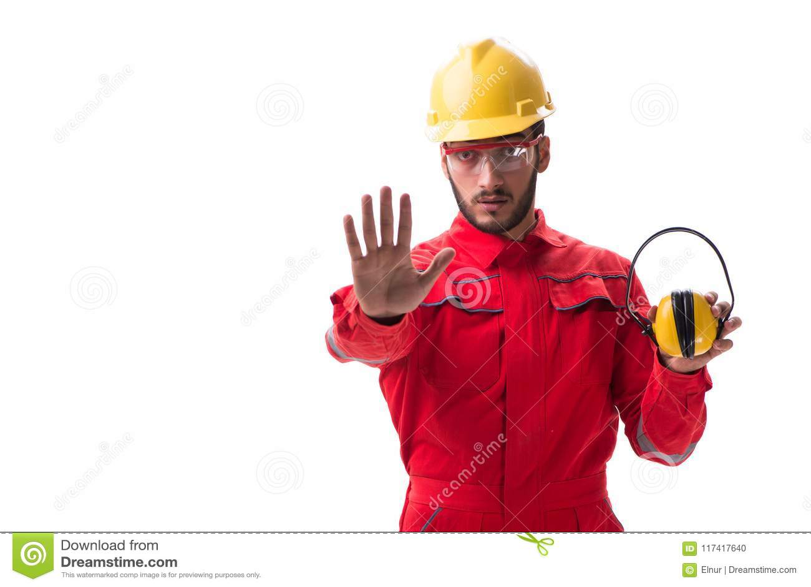 De jonge werknemer die met lawaai hoofdtelefoons op wit annuleren