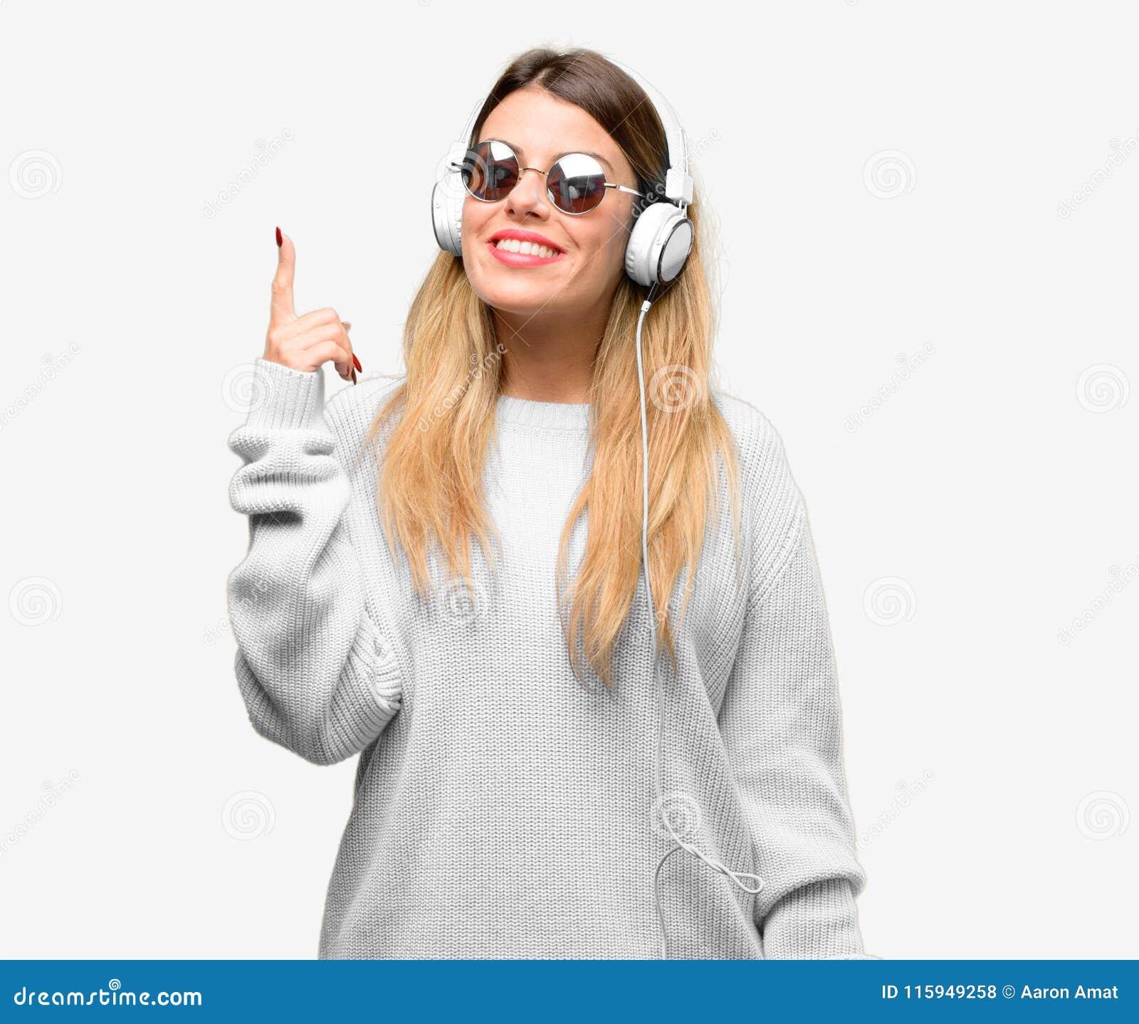 De jongelui koelt studentenvrouw met hoofdtelefoons