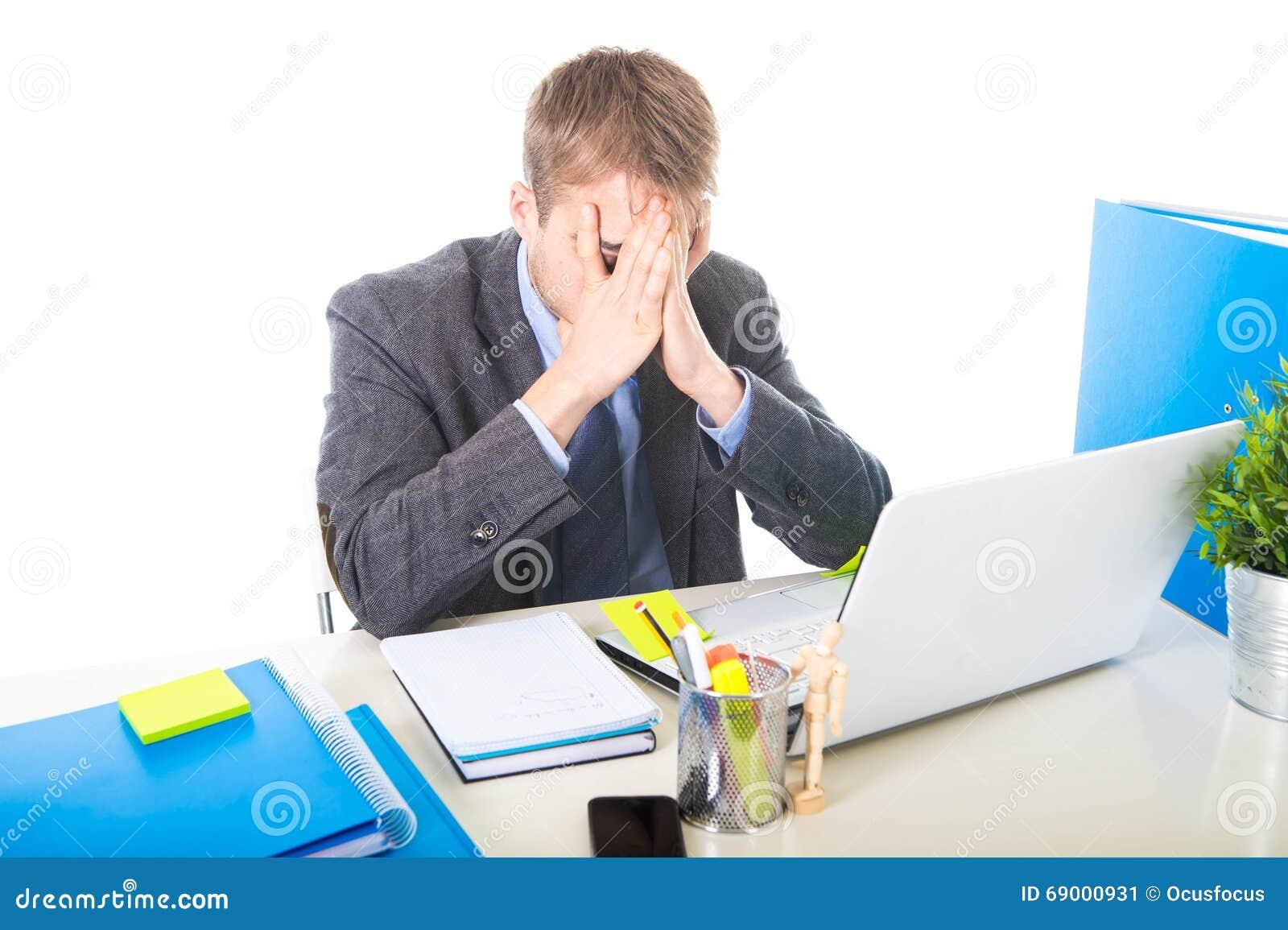 De jongelui werkte zich en overweldigde zakenman over behandelend zijn gezicht die aan spanning en hoofdpijn lijden