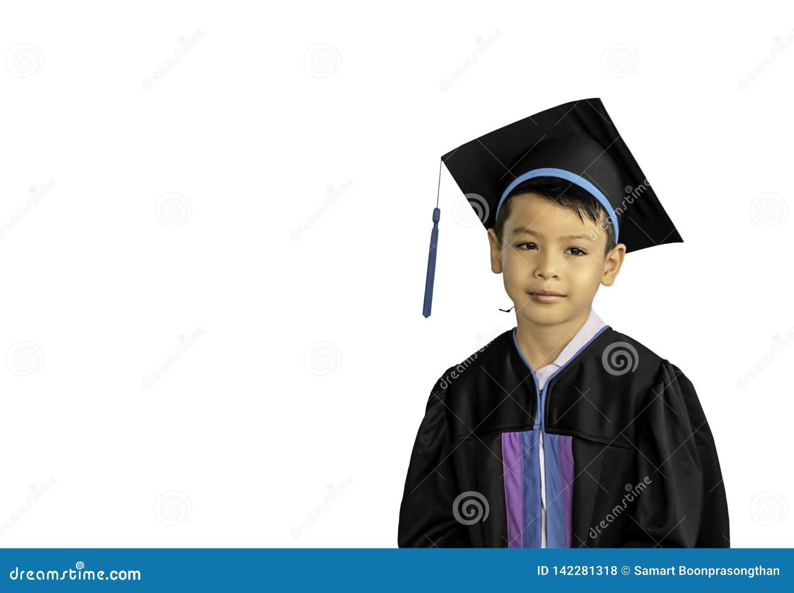 De jongen behaalde van kleuterschool een diploma Deze studie de eerste om op het volgende niveau op een witte achtergrond is voor