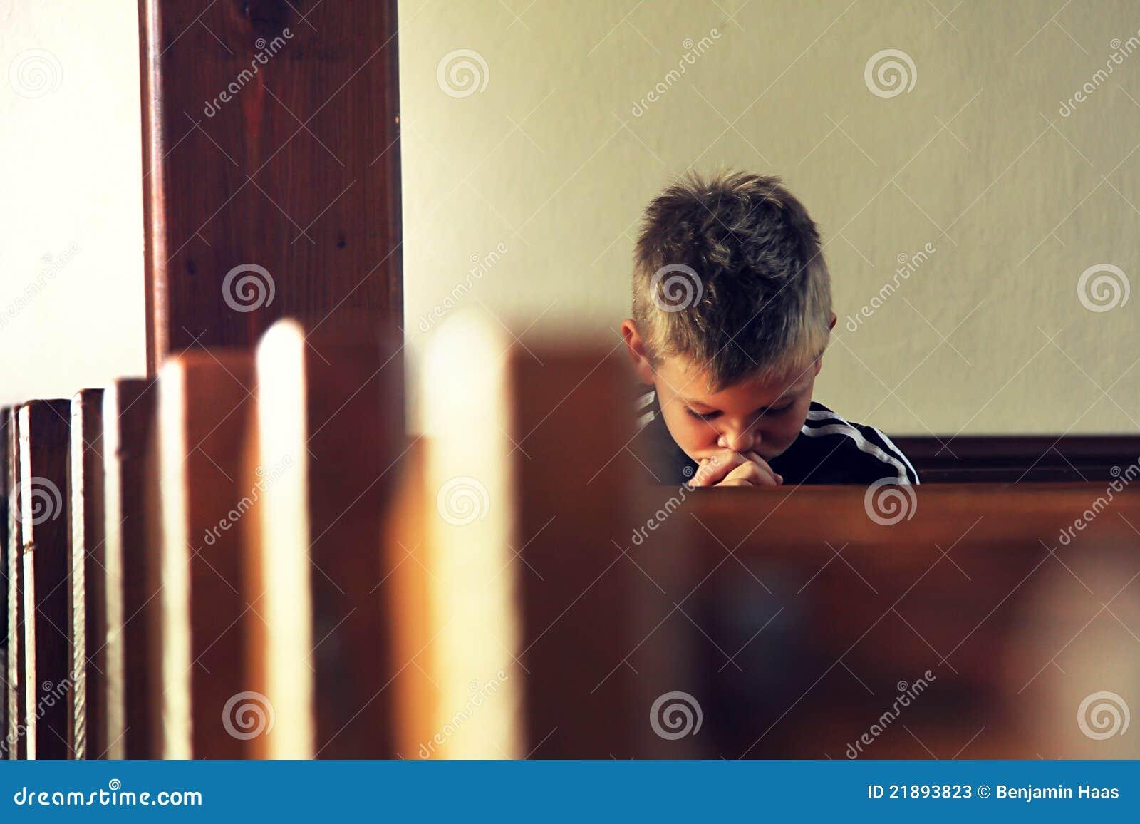 De jongen bidt