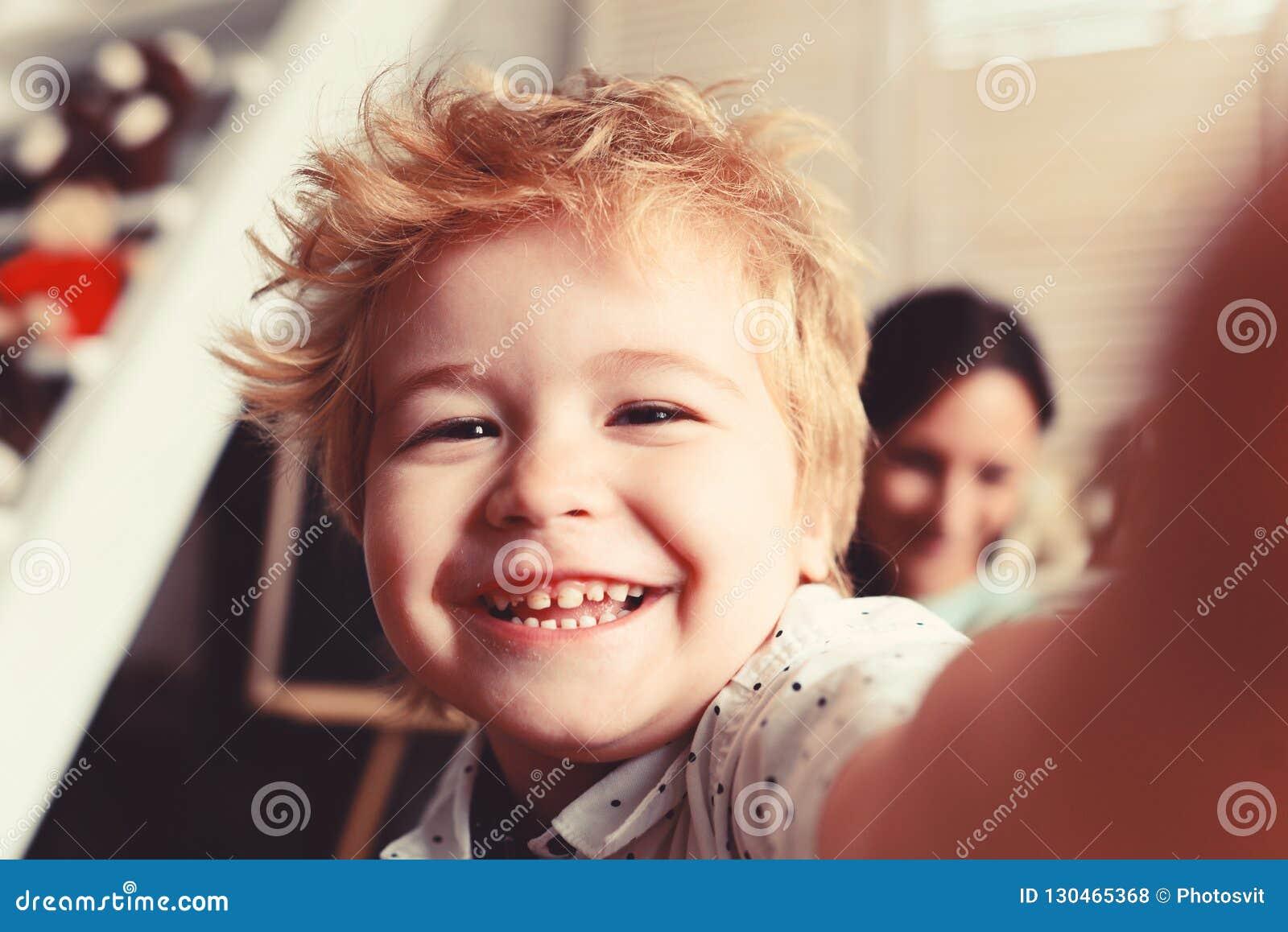 De jongen brengt prettijd in speelkamer door Kind met vrolijk gezicht