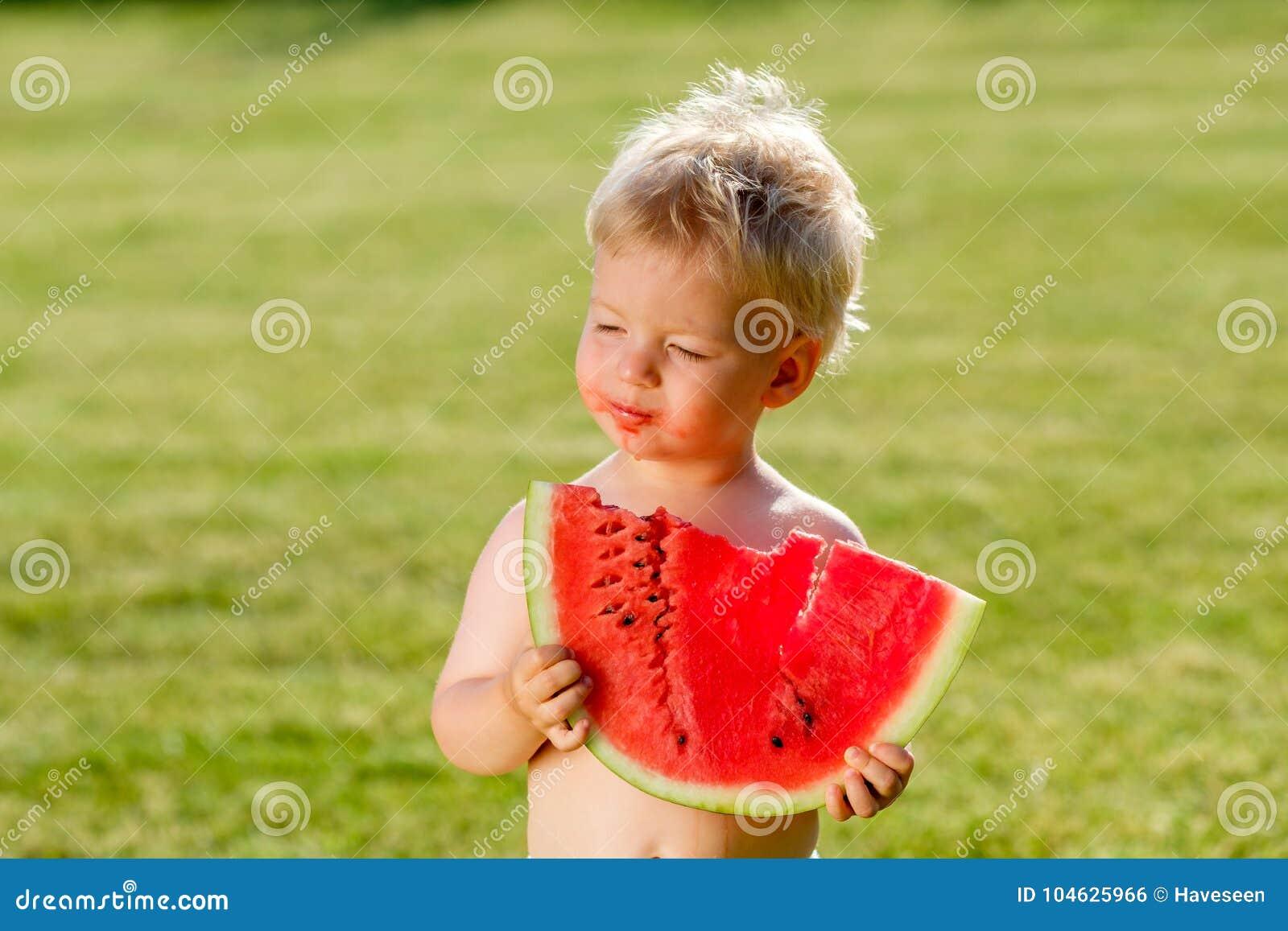 Download De Jongen Die Van De één éénjarigebaby Watermeloen In De Tuin Eten Stock Foto - Afbeelding bestaande uit weinig, kind: 104625966