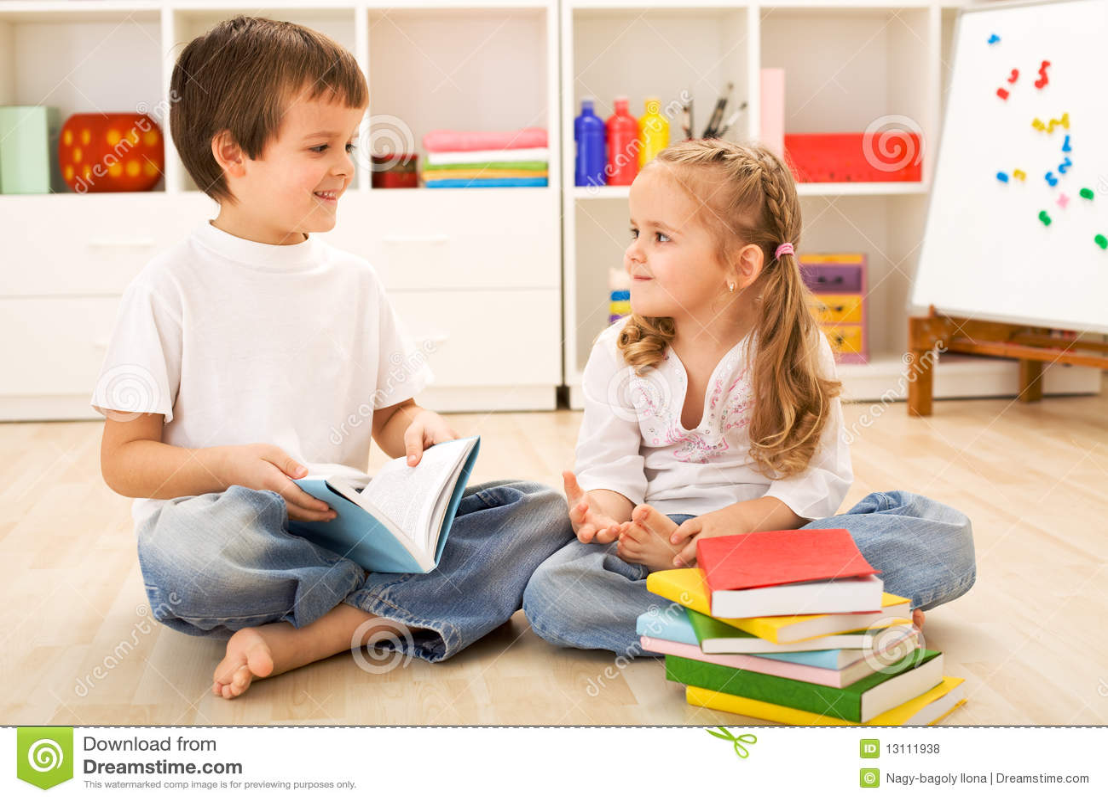 De jongen die van de school haar weinig zuster toont hoe te te lezen