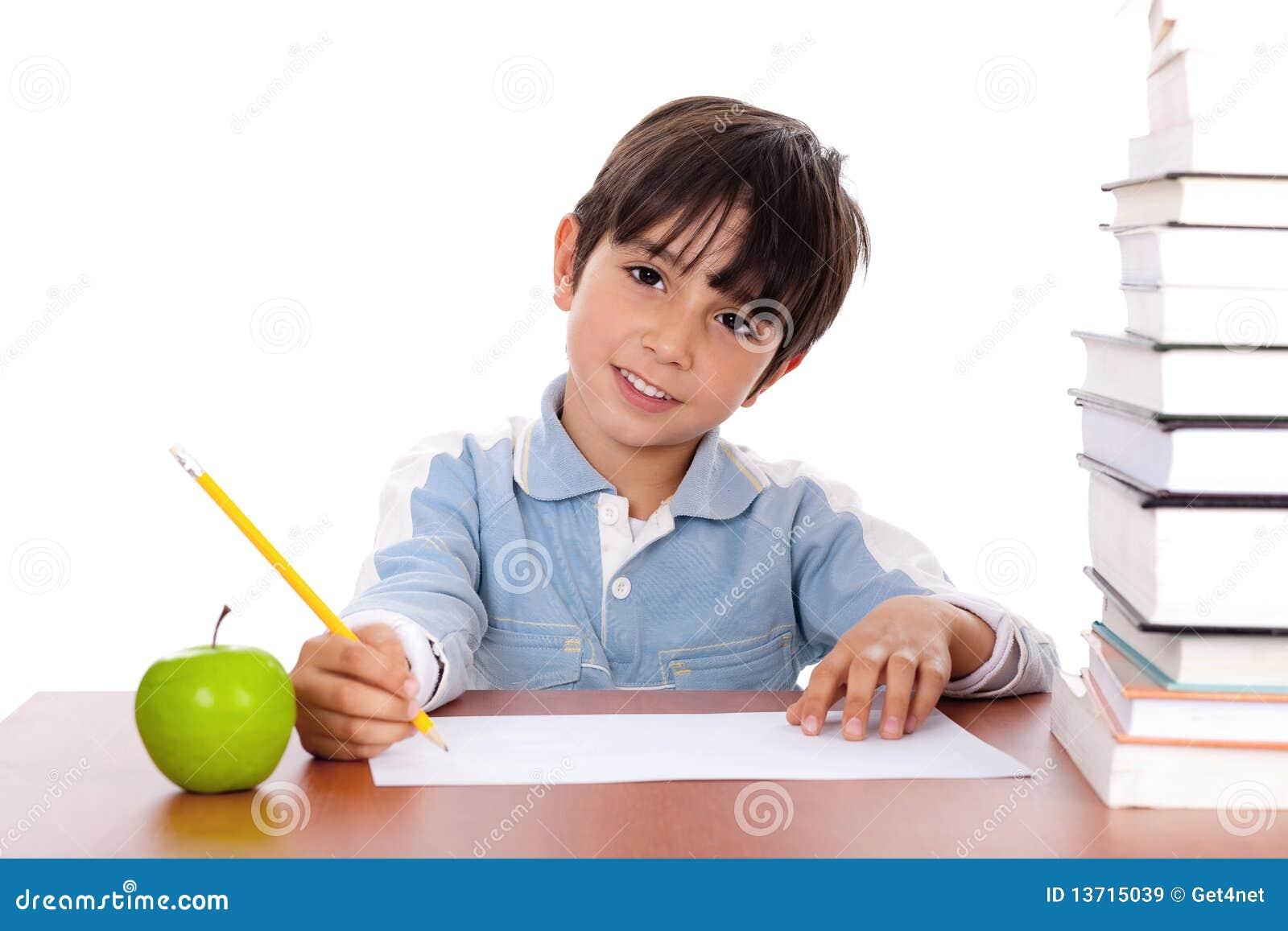 De jongen die van de school zijn thuiswerk met een appel doet