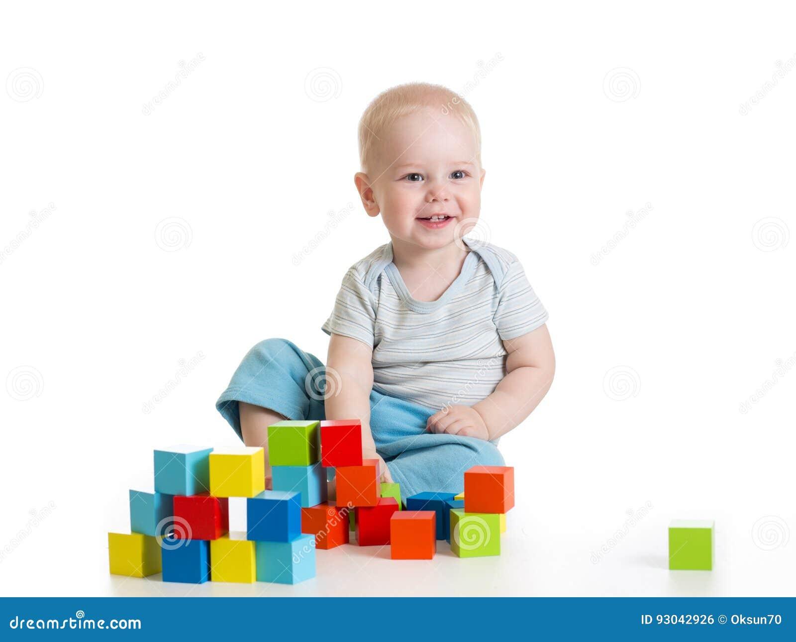 De jongen die van het peuterjonge geitje houten speelgoed spelen