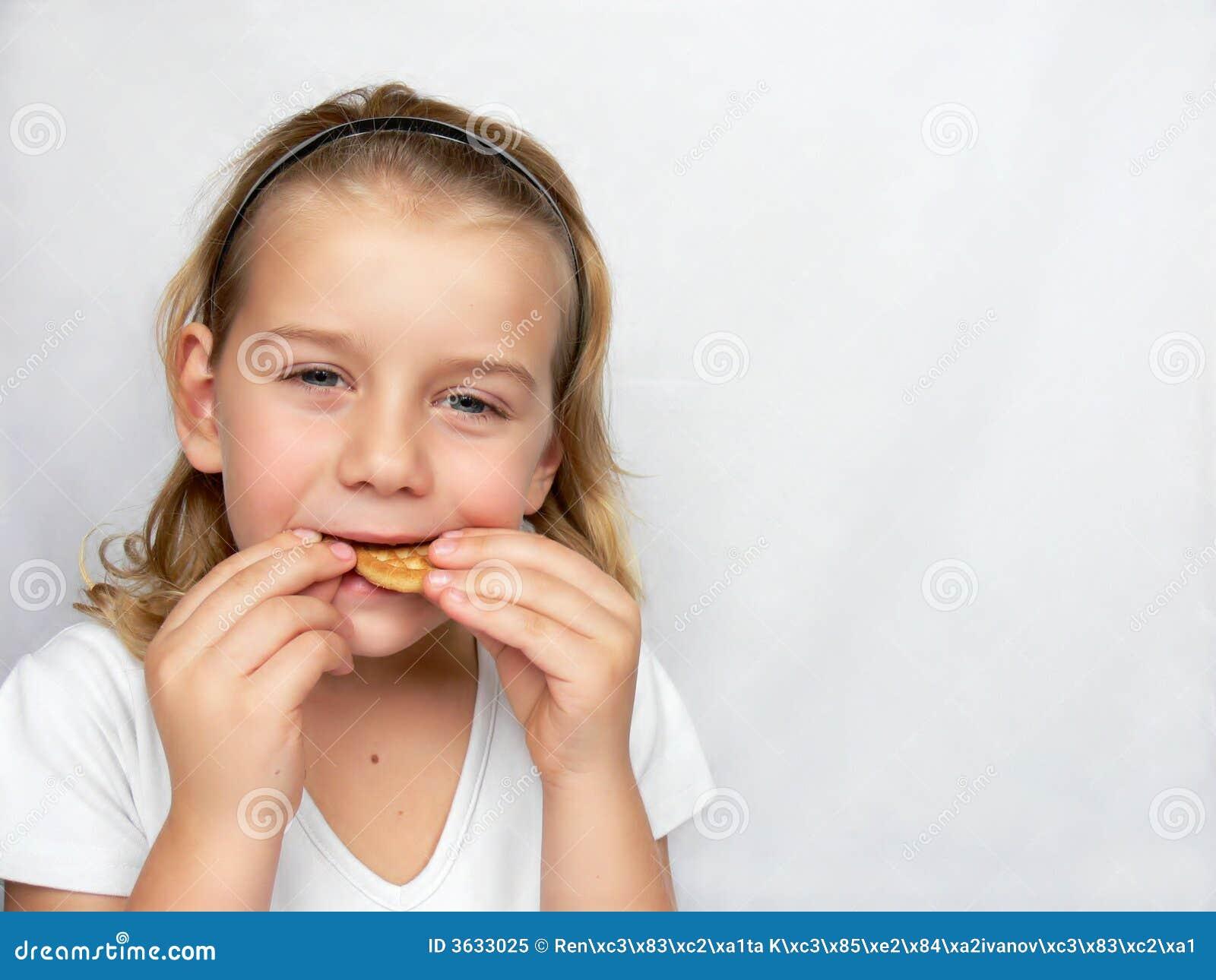 De jongen eet koekjes