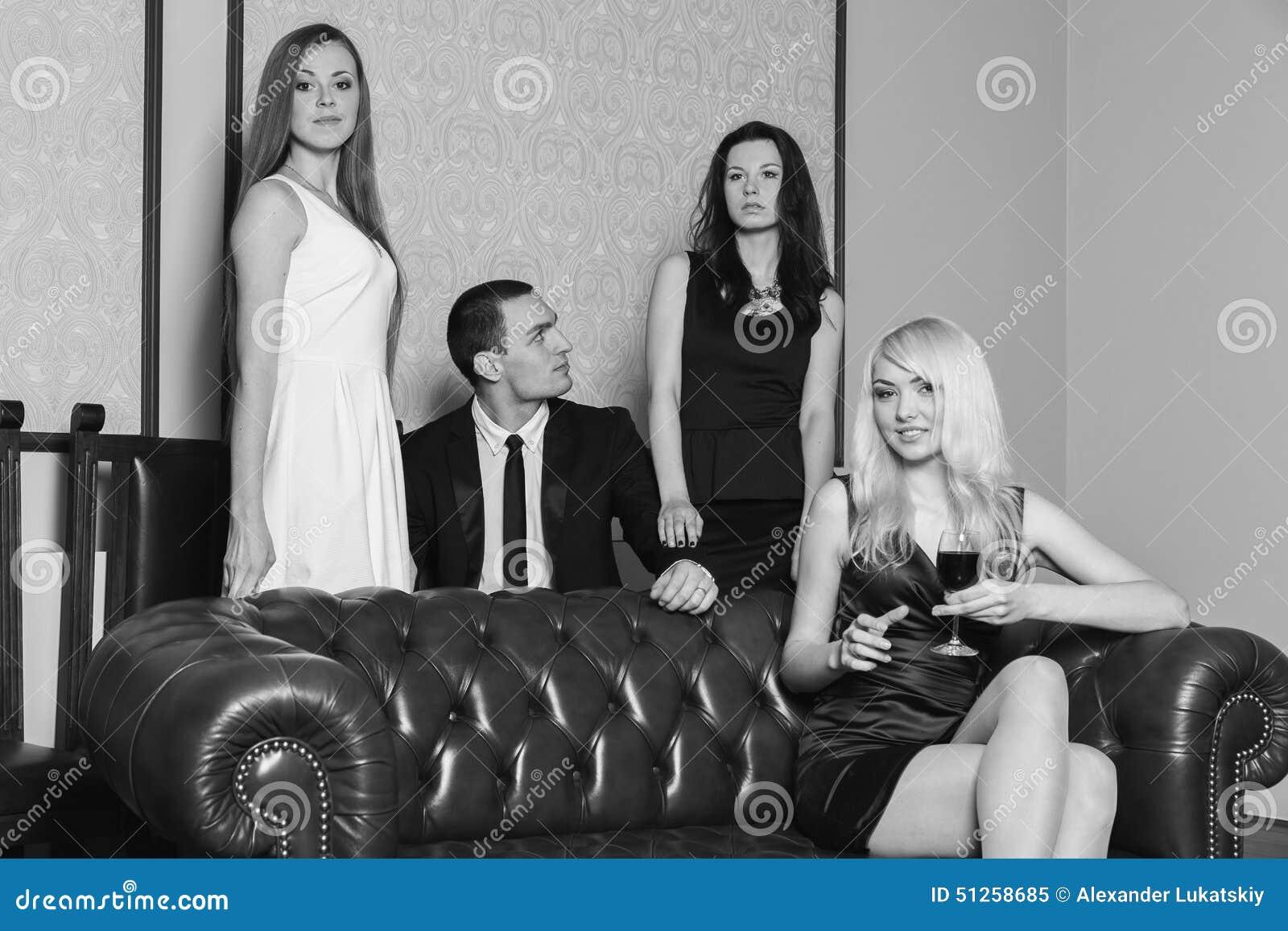 De jongen en drie meisjes in de ruimte stock foto afbeelding 51258685 - Lay outs ruimte van de jongen ...
