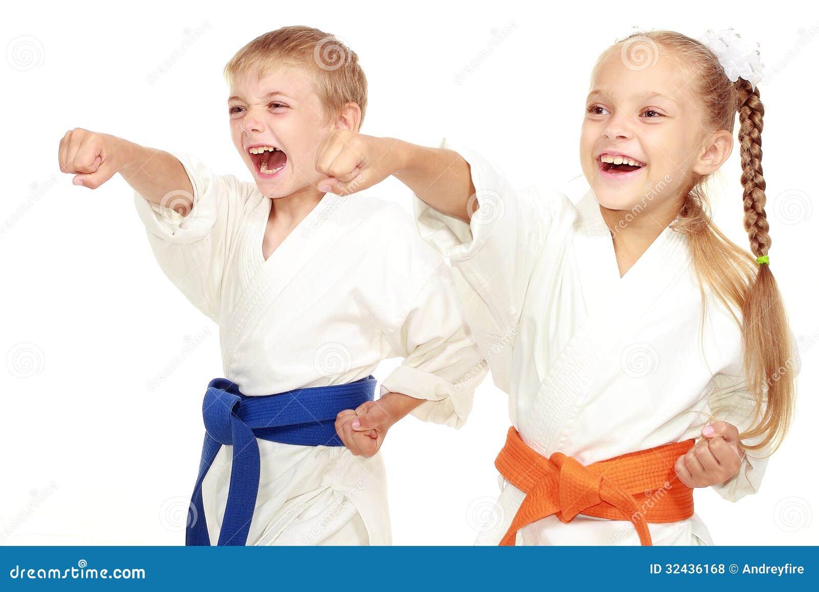 De jongen en het meisje in kimono slaan hand
