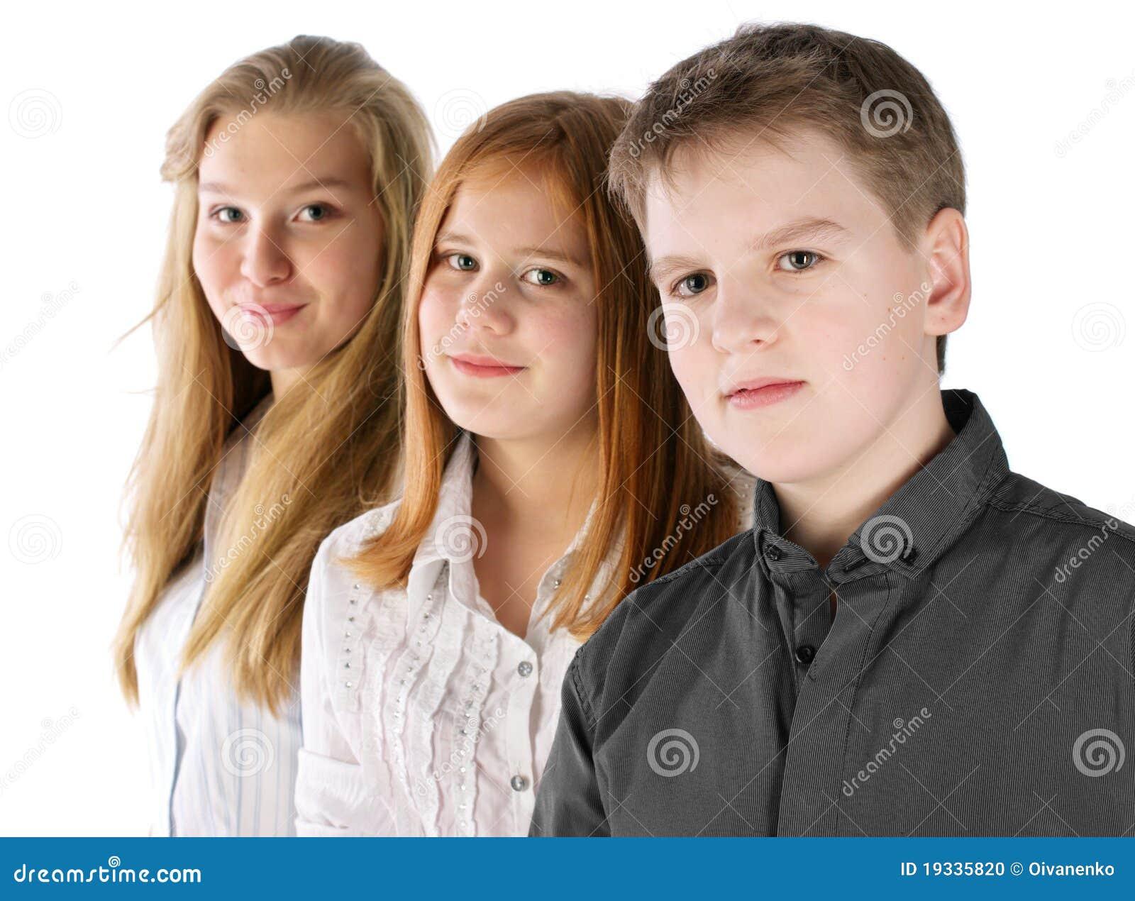 De jongen en twee meisjes blijven in lijn stock foto afbeelding 19335820 - Twee meisjes en een jongen ...
