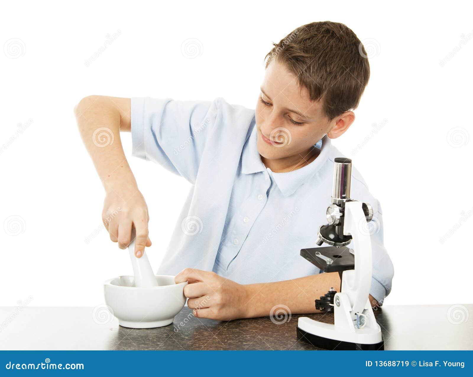 De jongen gebruikt Mortier en Stamper