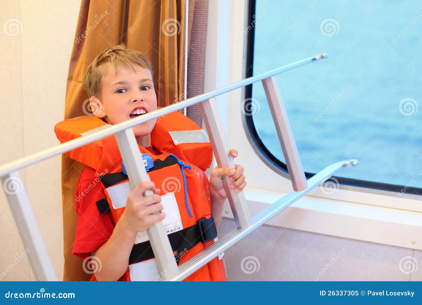 De jongen gilt en houdt ladder