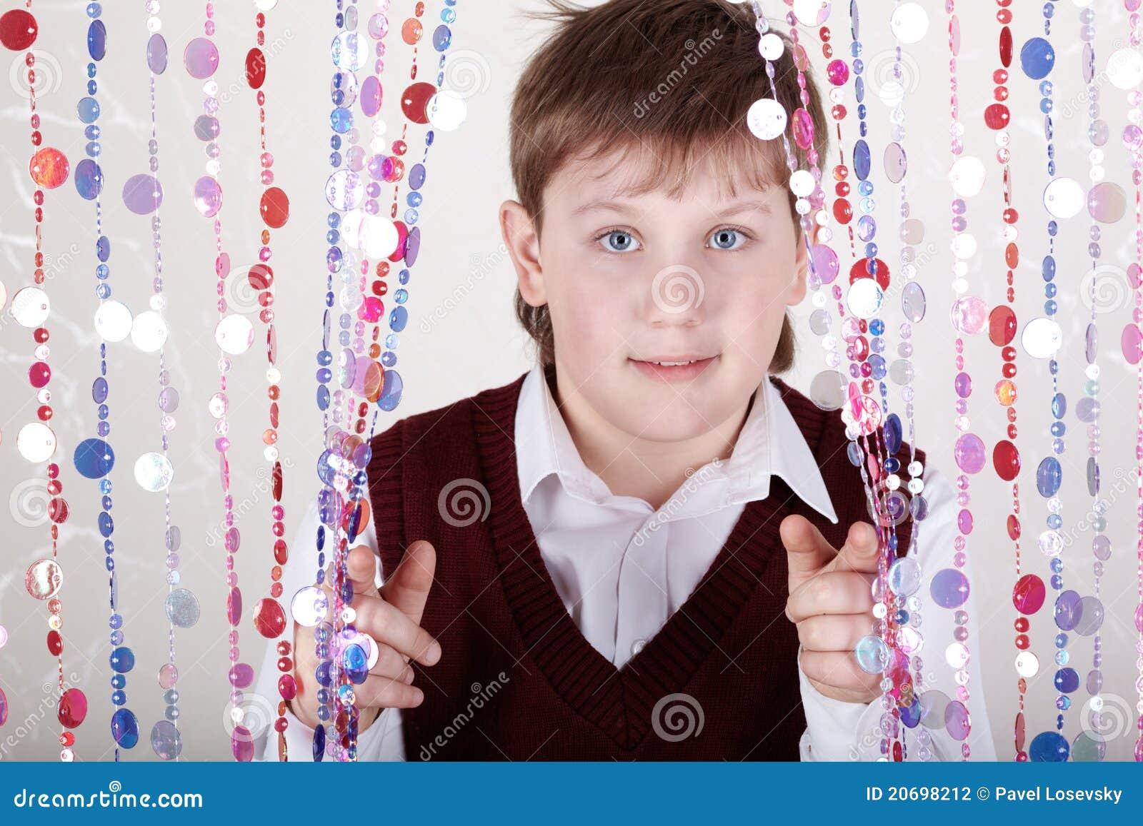 De jongen kijkt uit van achter gordijn stock fotografie afbeelding 20698212 - Turquoise ruimte van de jongen ...