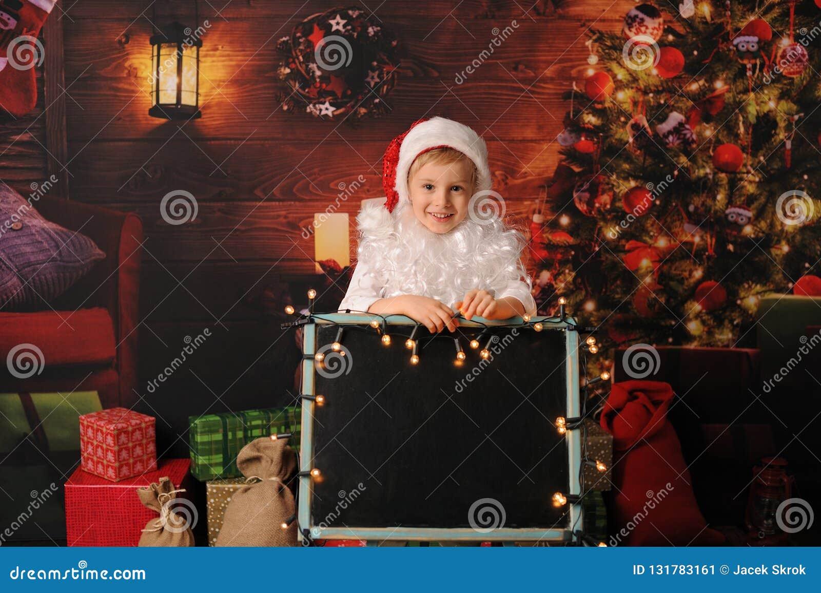 De jongen kleedde zich in Kerstmis van de Kerstman