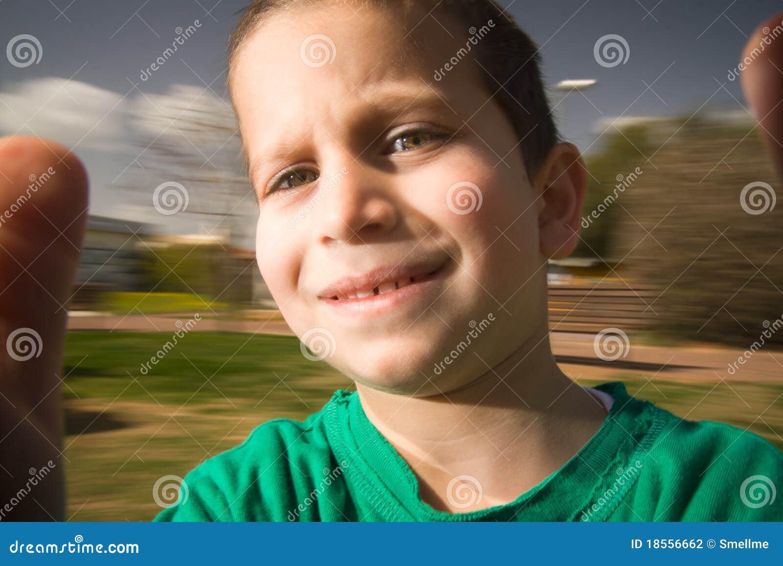 De jongen op vrolijk gaat rond