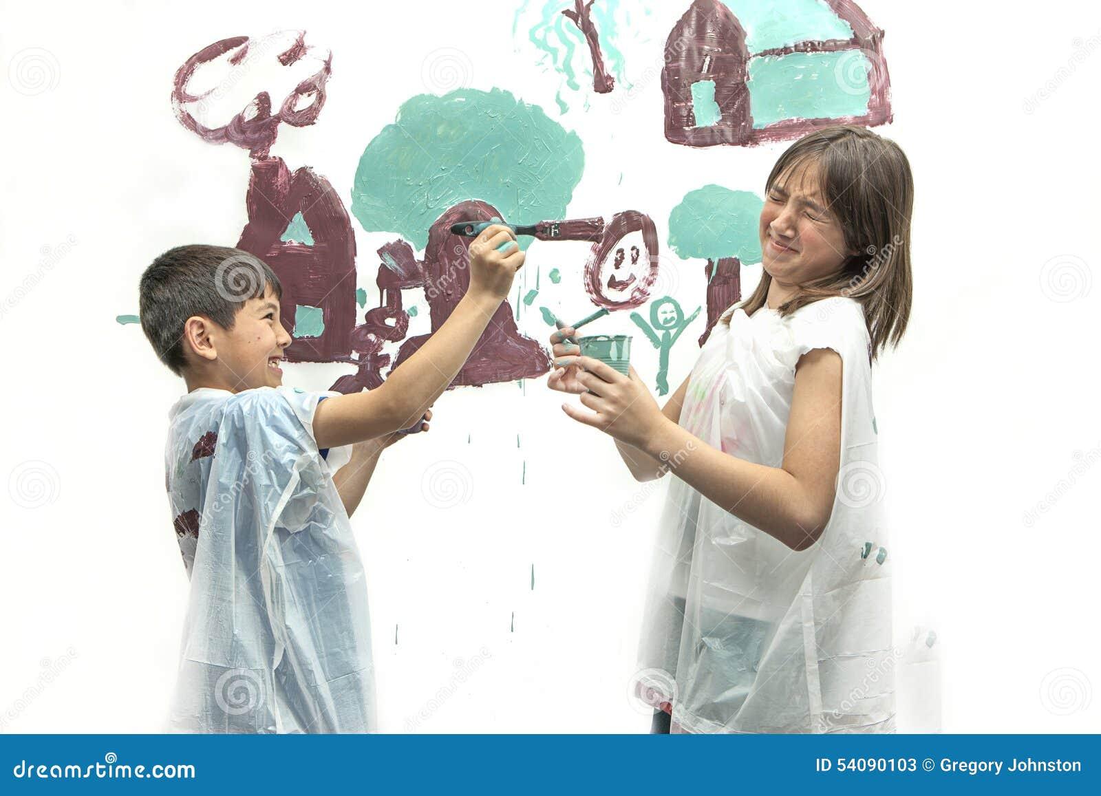 De jongen richt penseel op zuster