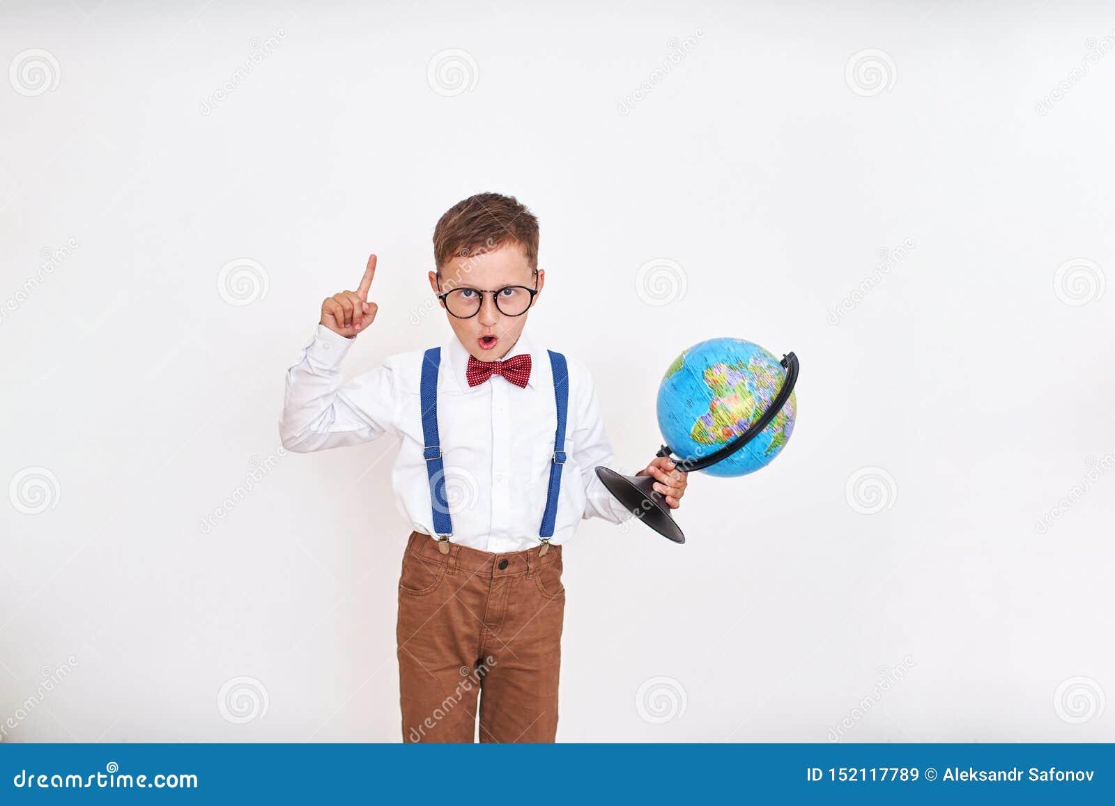 De jongen roept met zijn omhoog vinger uit, houdend de bol in zijn handen kwam met het idee op de proppen Het begin van het schoo
