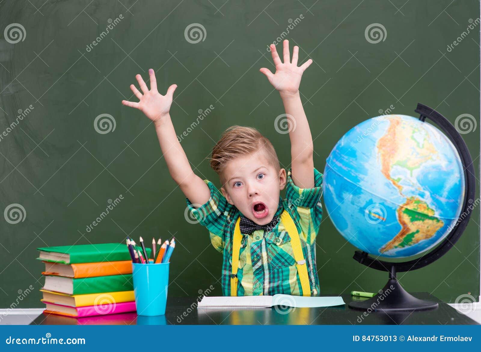 De jongen stelt in klasse tevreden