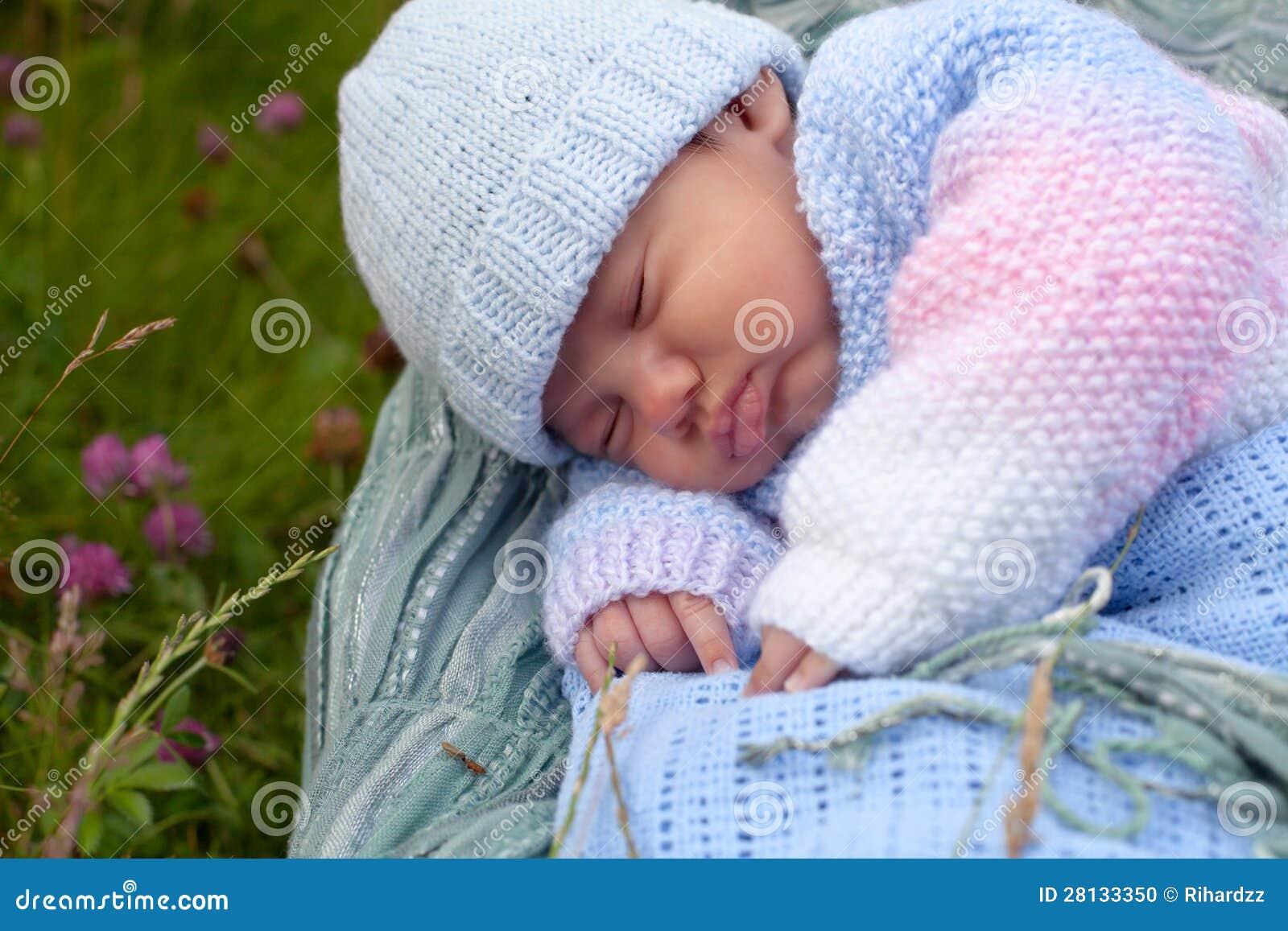 De jongen van de baby in gebreid jasje stock foto afbeelding 28133350 - Foto baby jongen ...