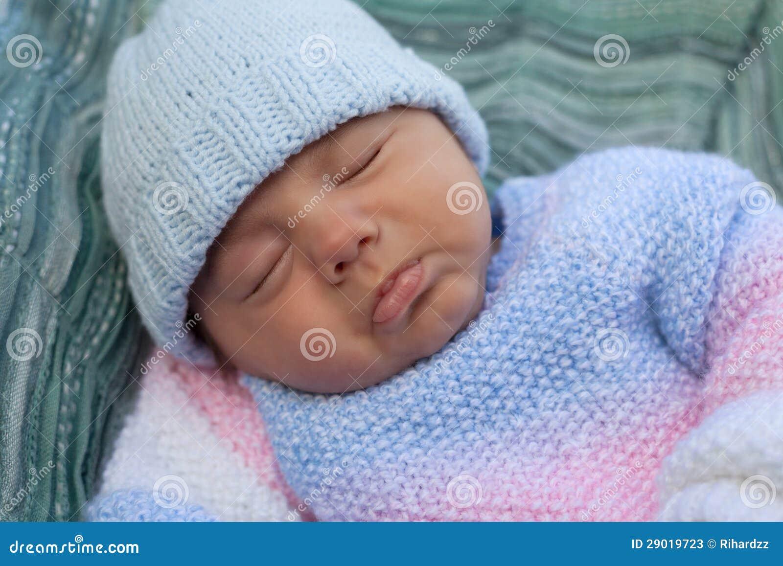 De jongen van de baby in gebreid jasje stock foto 39 s afbeelding 29019723 - Foto baby jongen ...
