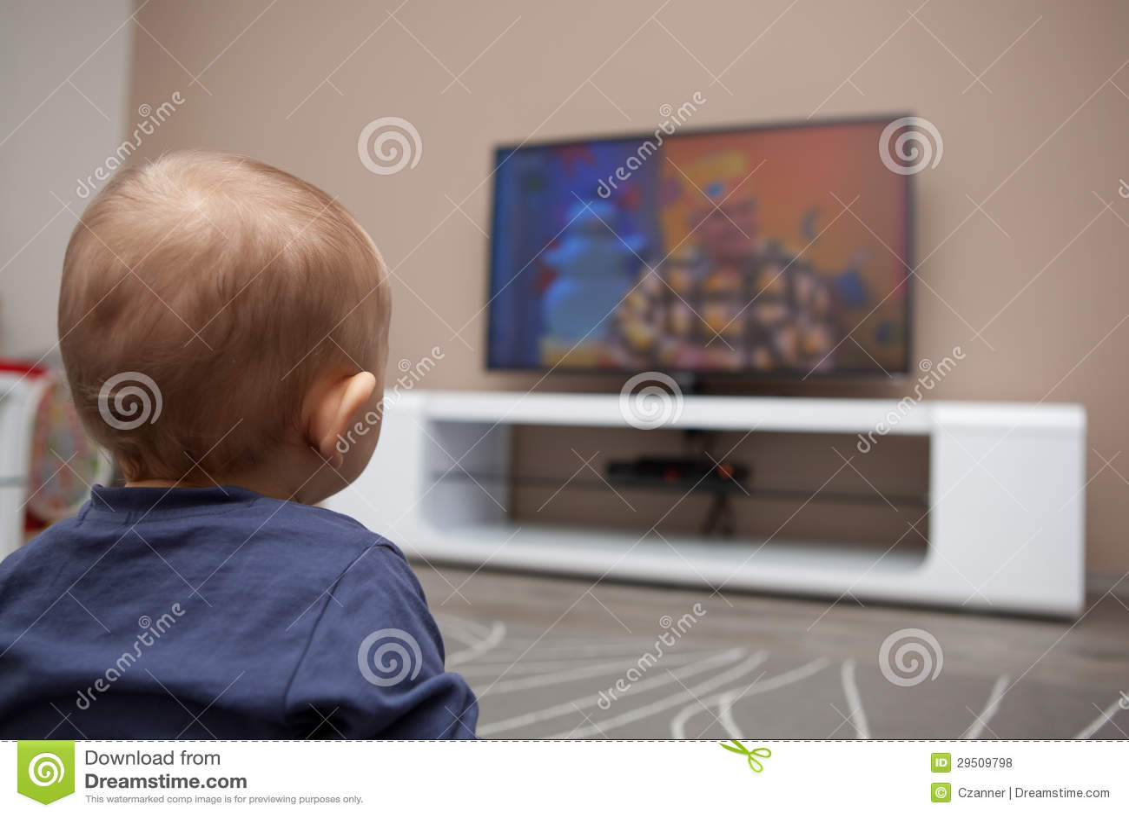 De jongen van de baby het letten op televisie