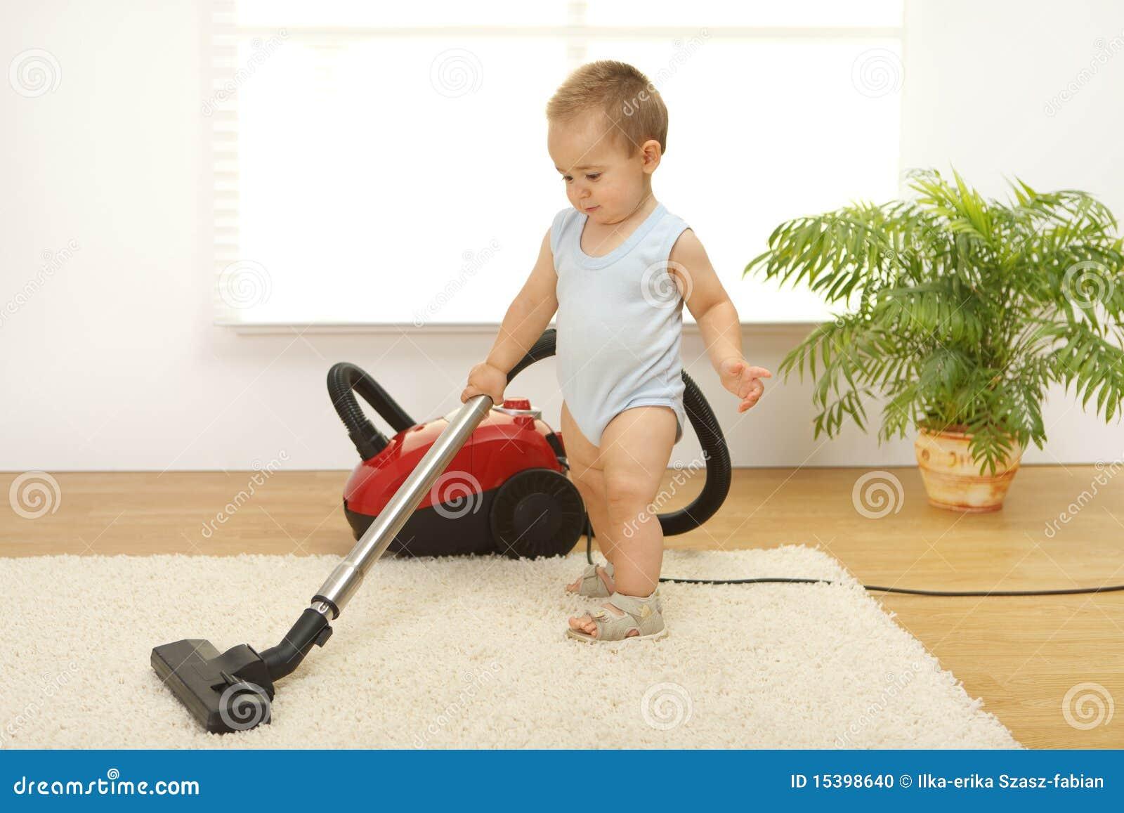 De jongen van de baby met stofzuiger stock foto afbeelding 15398640 - Lay outs ruimte van de jongen ...