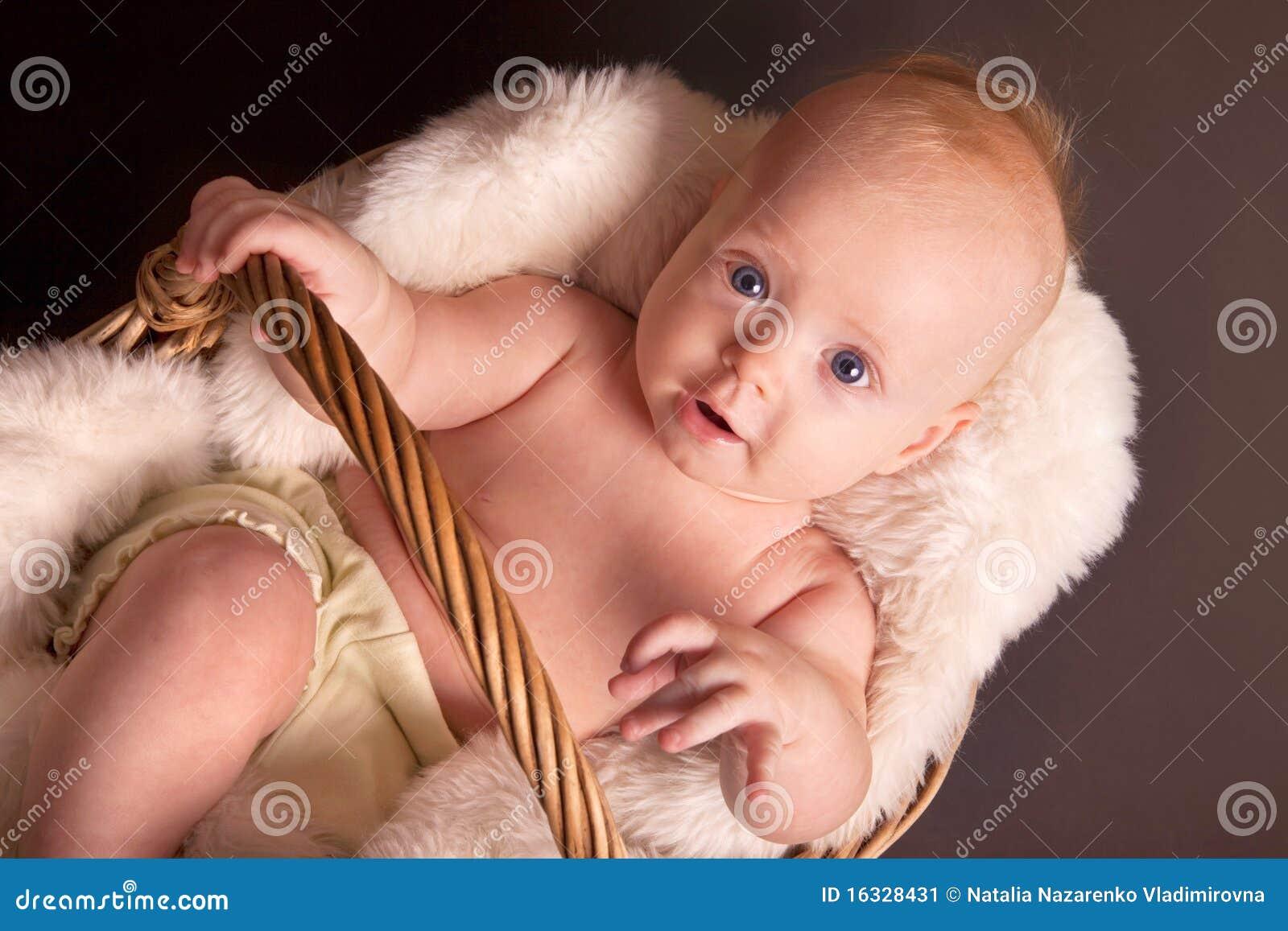 De jongen van de baby in rieten mand stock afbeelding afbeelding 16328431 - Foto baby jongen ...