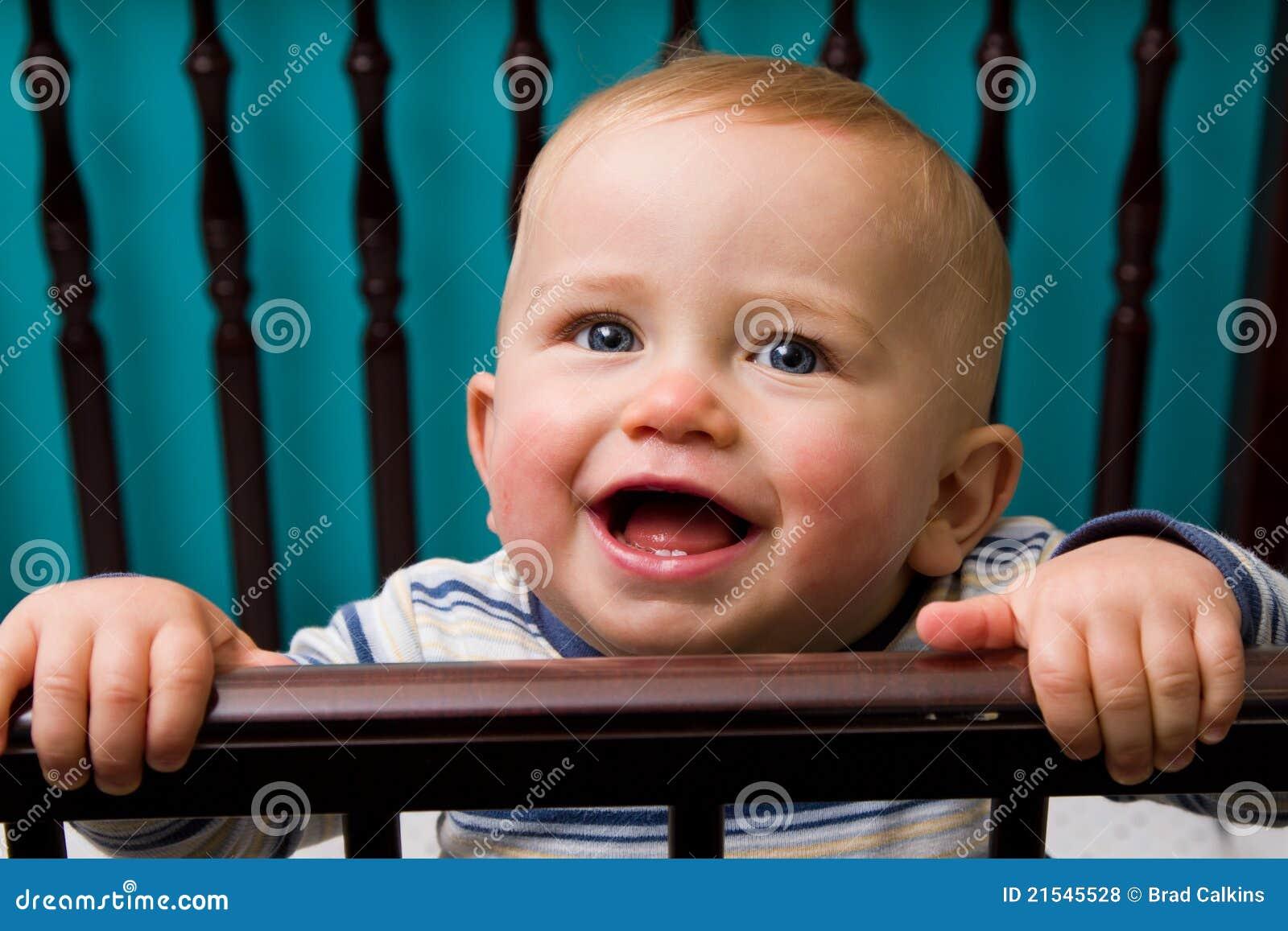 De jongen van de baby in voederbak