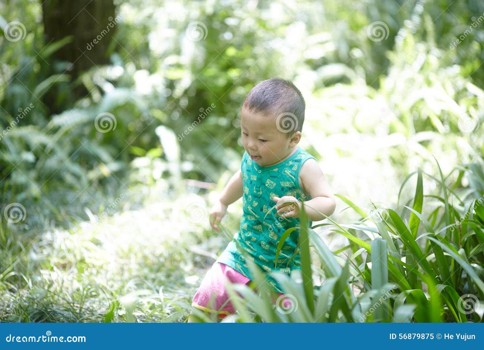 De jongen van de de zomerbaby