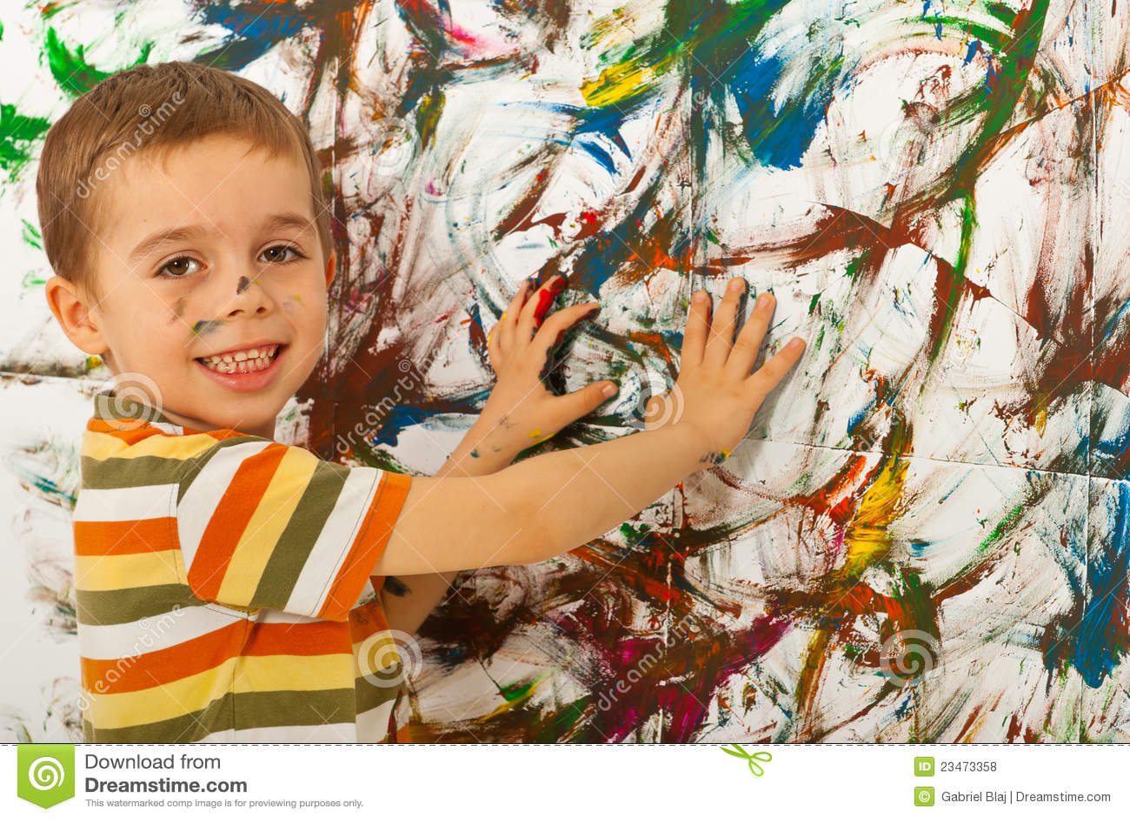 De jongen van het kind het schilderen muur met handen stock foto