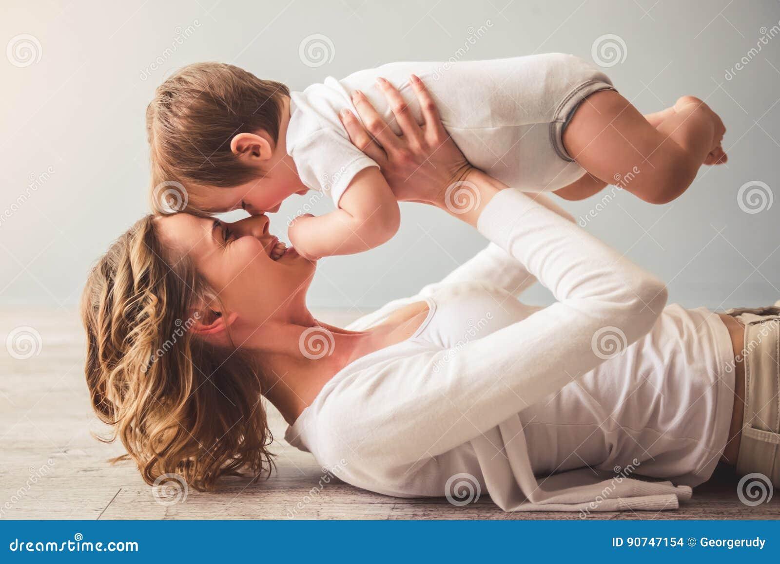 De jongen van het mamma en van de baby