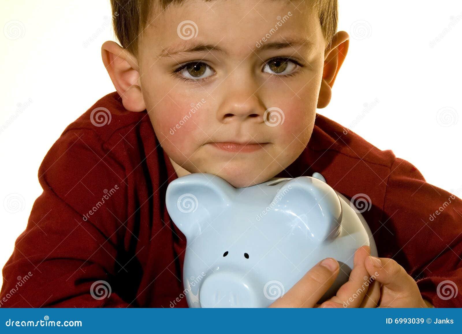 De jongen van het spaarvarken