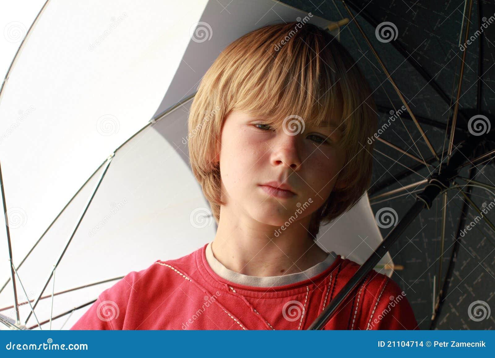 De jongen van seriouse met paraplu 39 s stock afbeeldingen afbeelding 21104714 - Opslagkast ruimte van de jongen ...