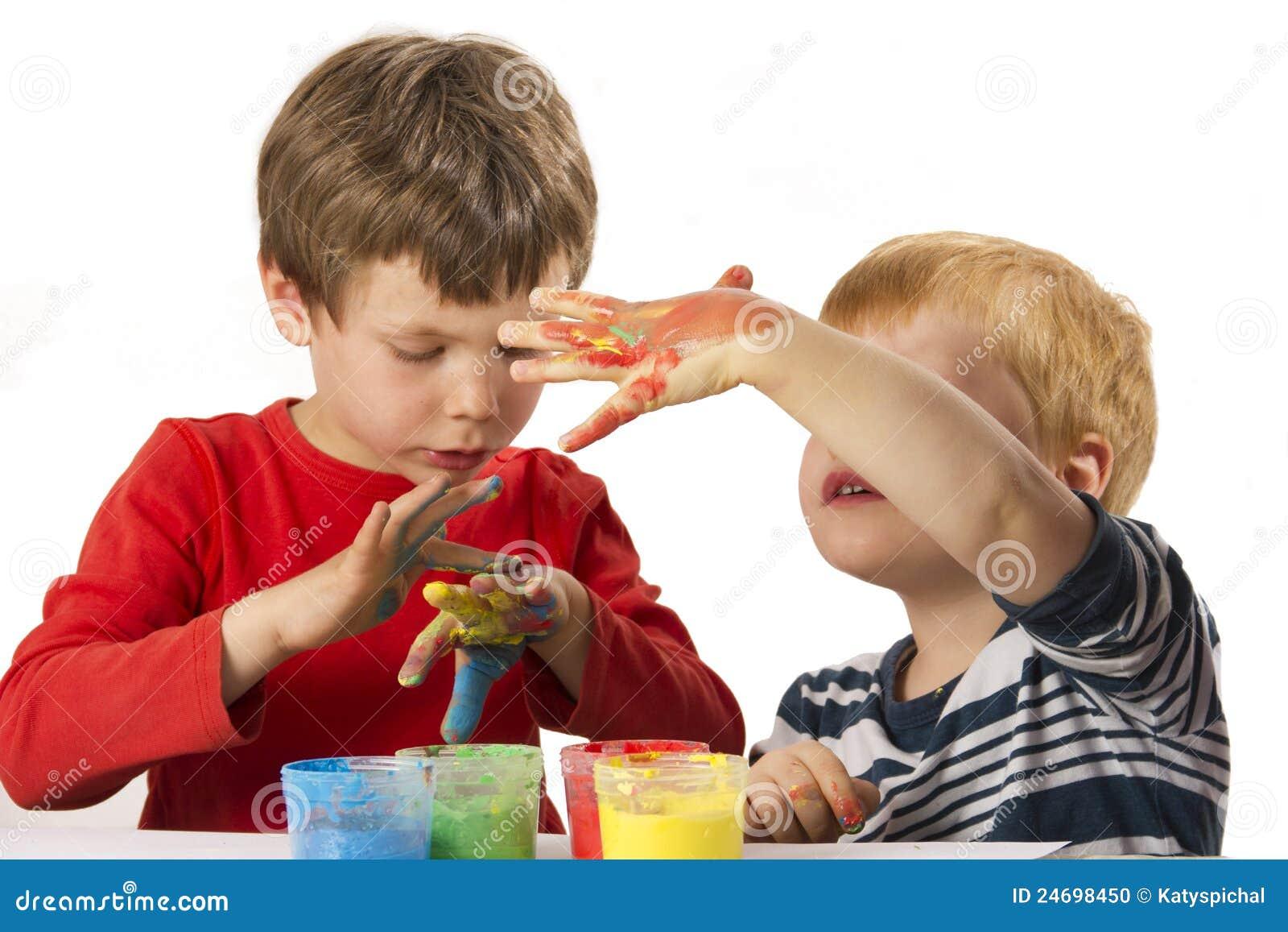 De jongens die met vinger schilderen schilderen stock foto afbeelding 24698450 - Schilderen kind jongen ...