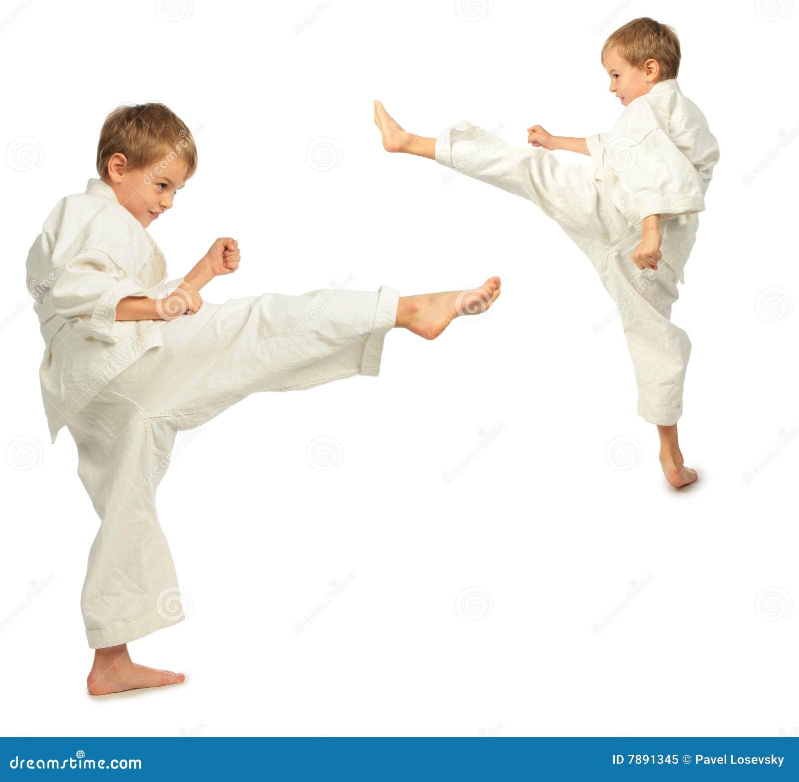 De jongens van de karate schoppen door voet